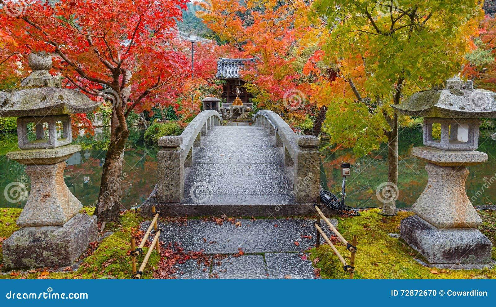 Färgrik höst på den Eikando Zenrinji templet i Kyoto, Japan