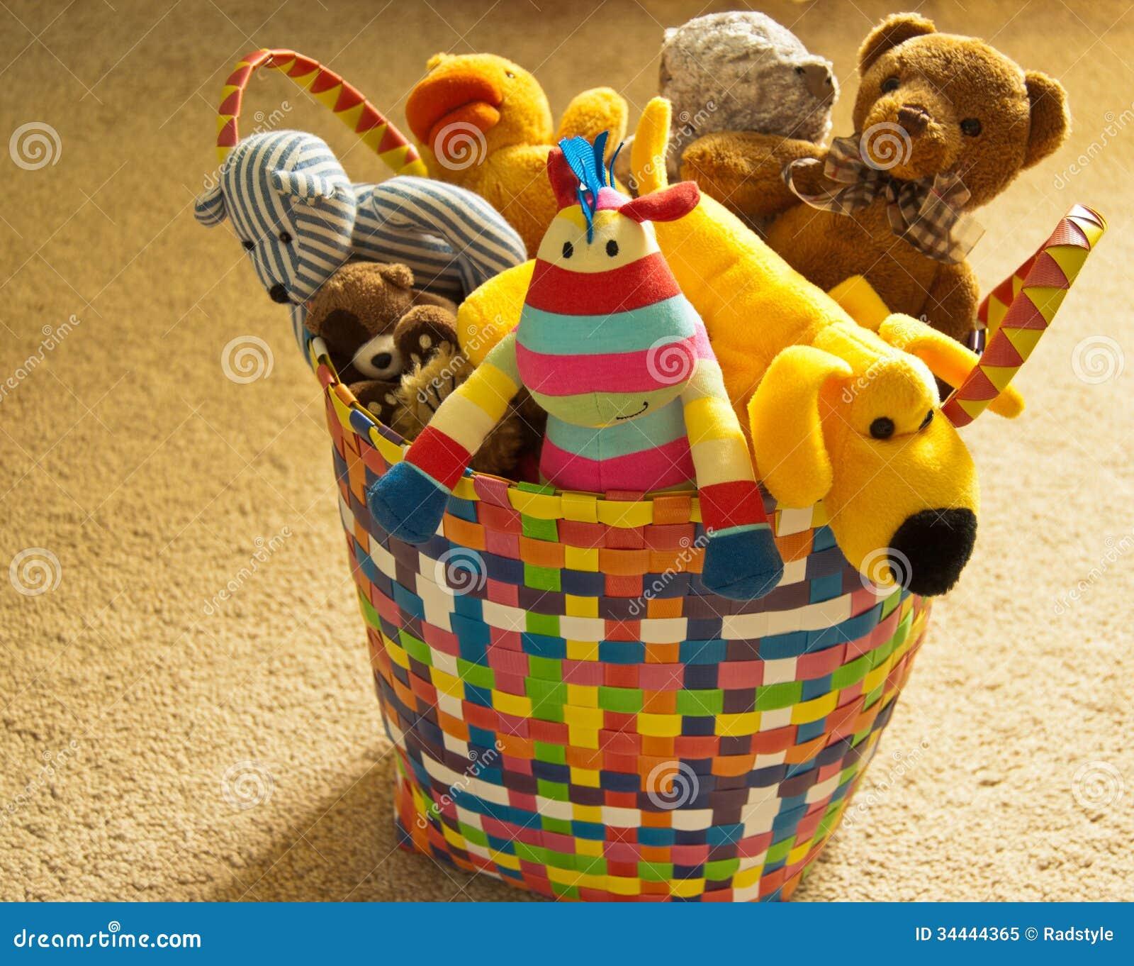 Färgrik korg med flotta leksaker