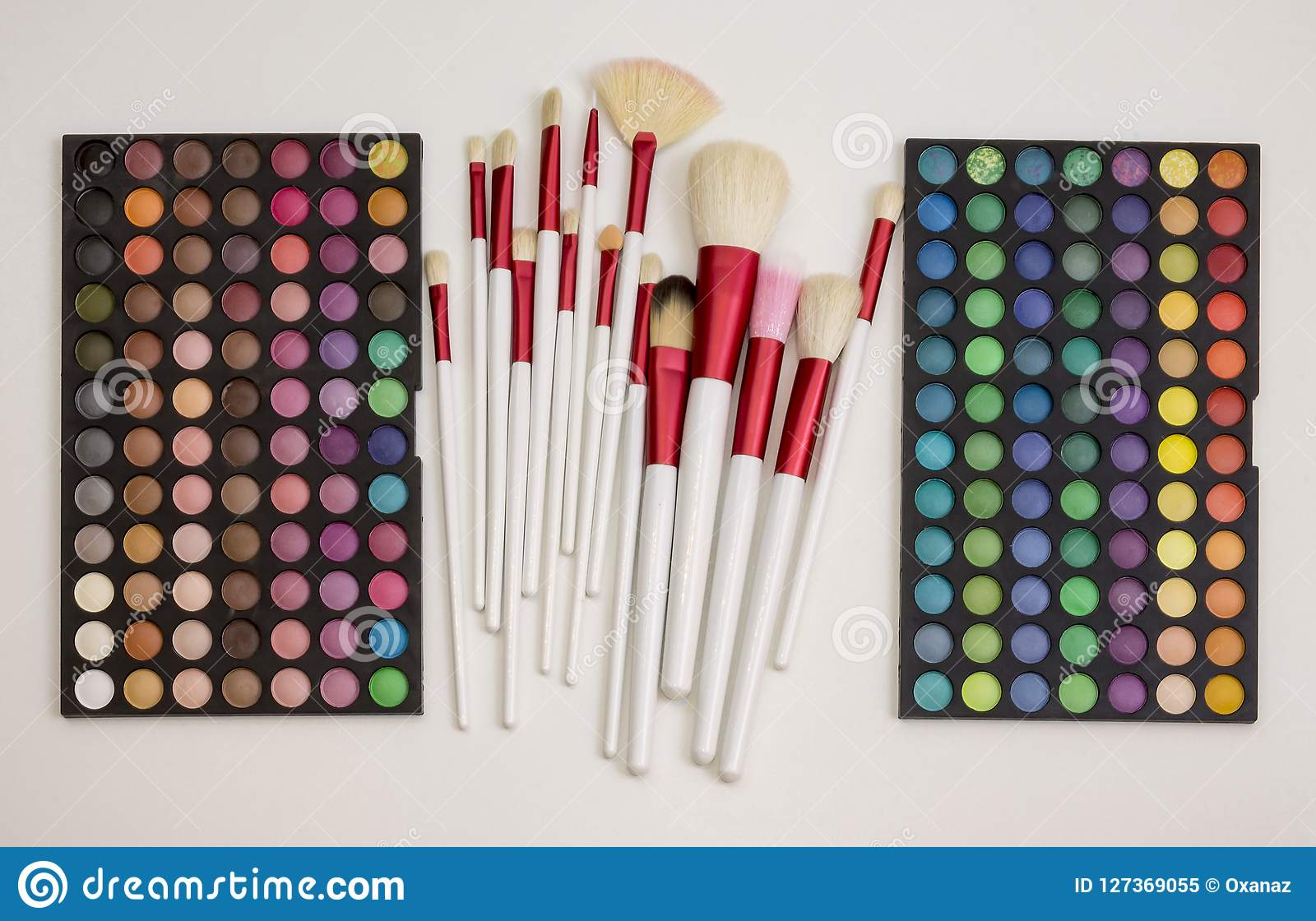 Färgrik makeupuppsättning av ögonskuggor och borstar