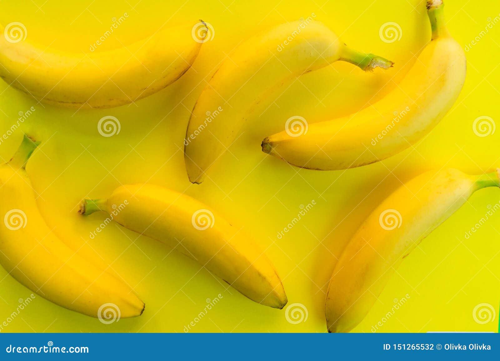 Färgrik modellbakgrund av nya bananer på en gul bakgrund Top besk?dar