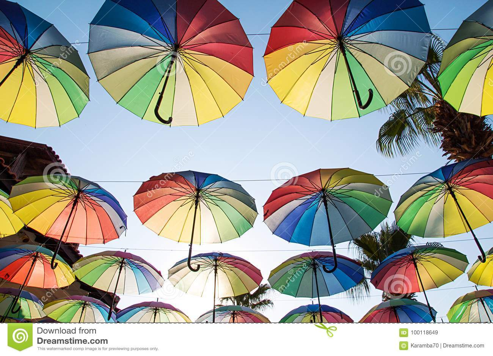 Färgrik paraplybakgrund Mång--färgade paraplyer i himlen
