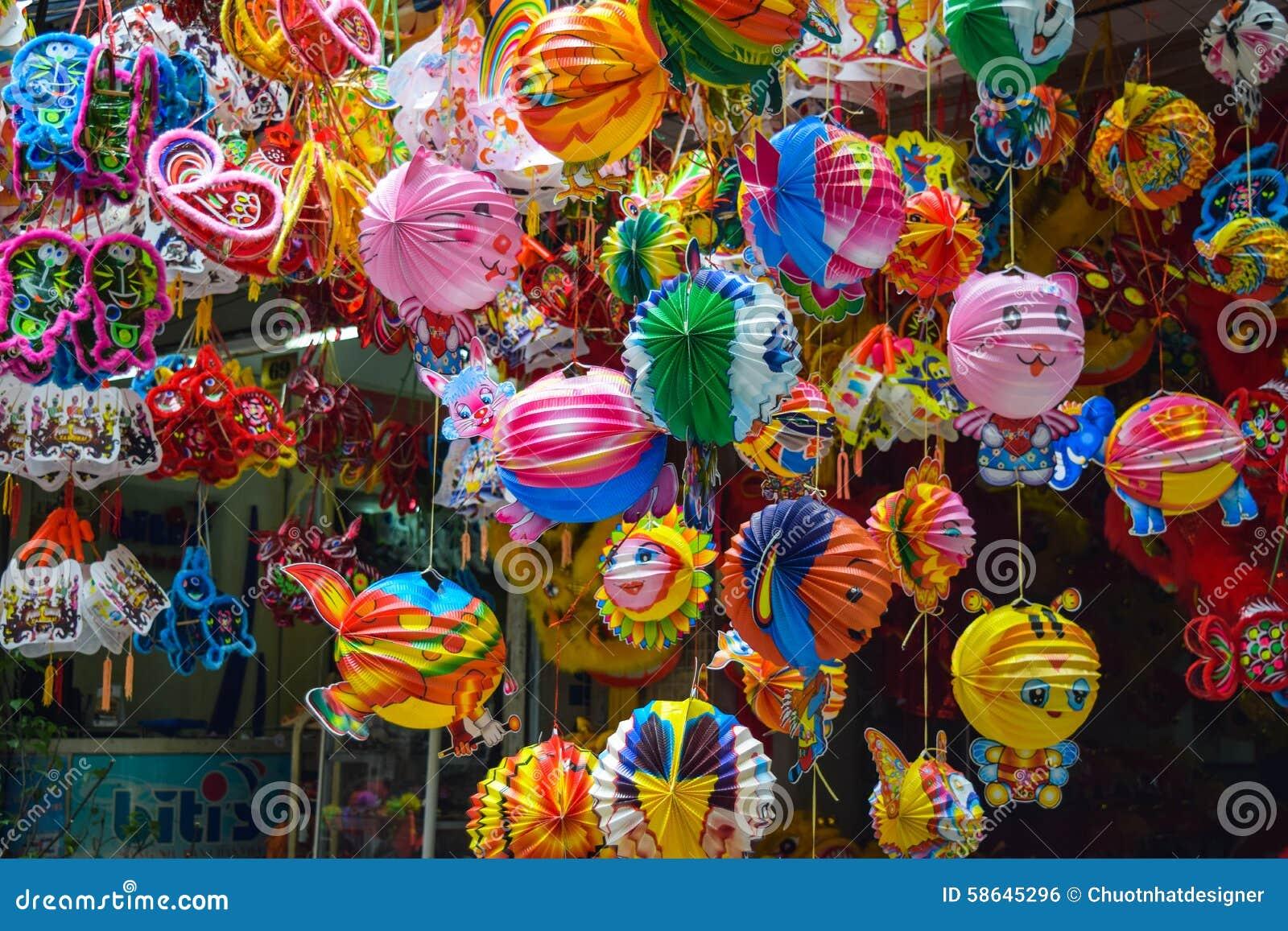 Färgrik plats, vänlig försäljare på den Hang Ma lyktagatan, lykta på marknaden för öppen luft, traditionell kultur på mitt- höst,