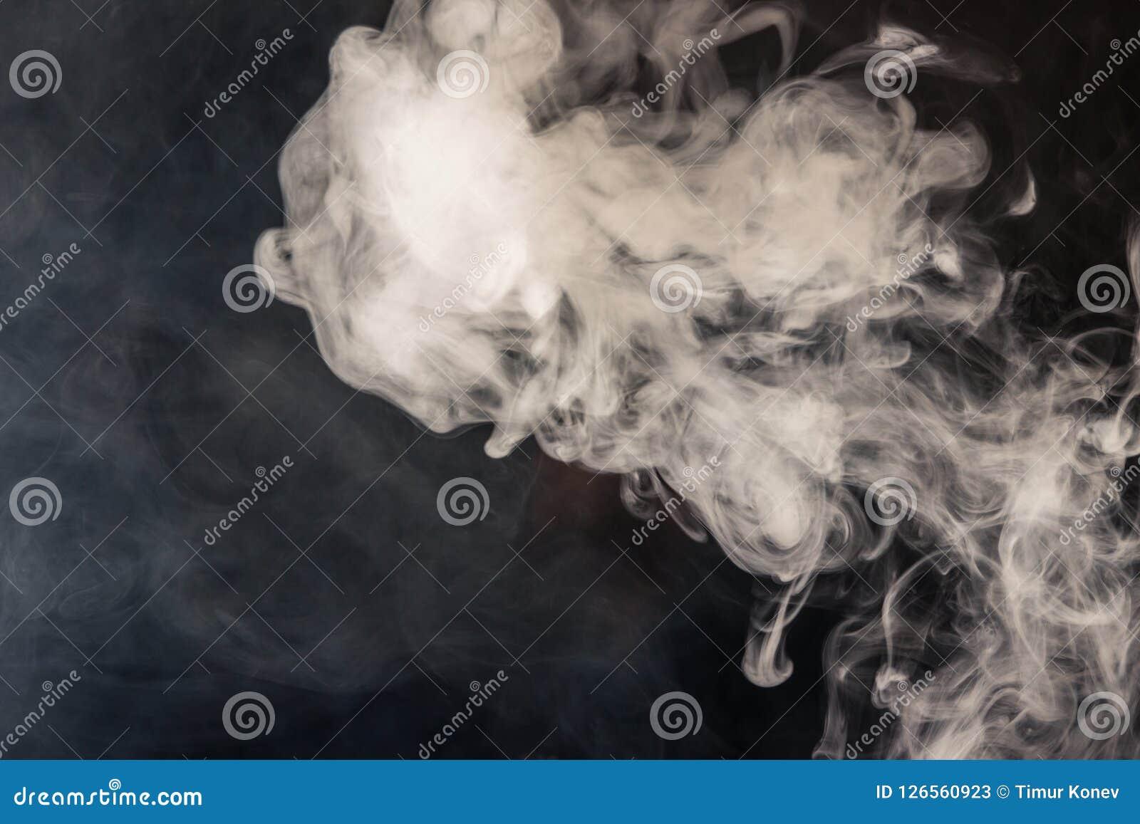 Färgrik rök på en svart bakgrund av röda och vita färger Th