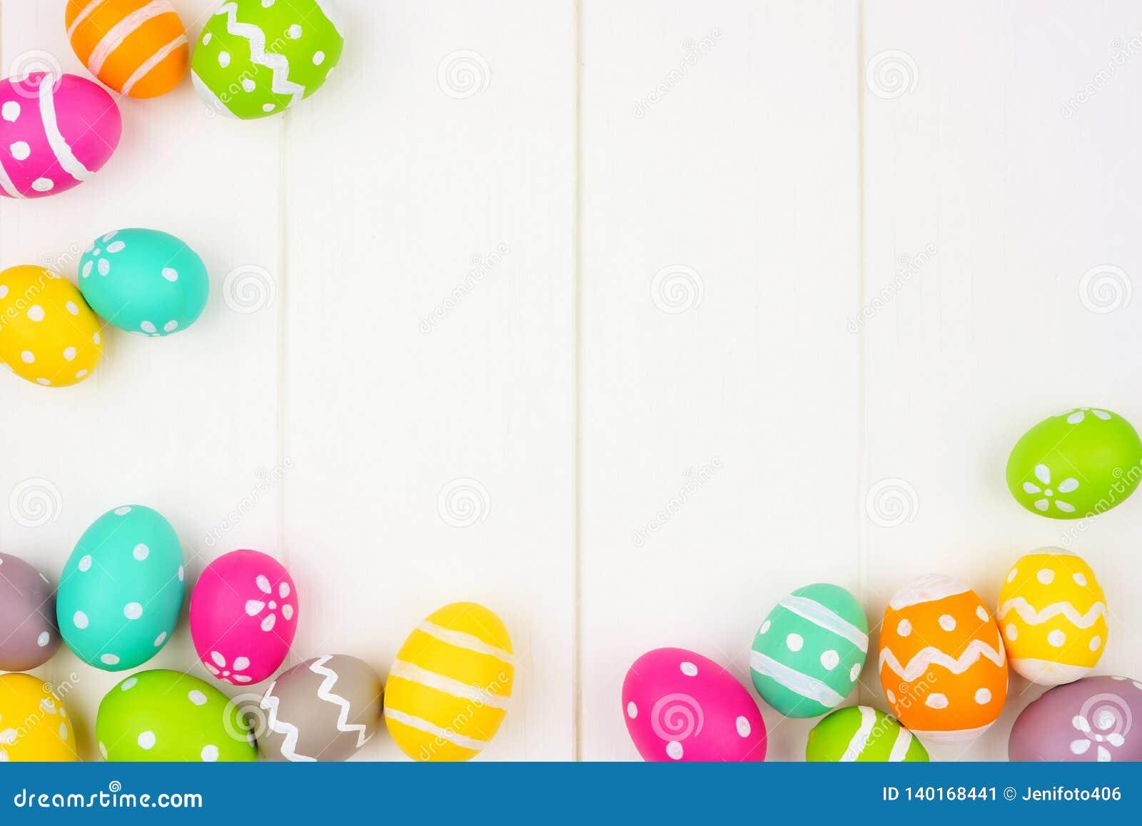 Färgrik ram för påskägg eller hörngräns över en vit träbakgrund