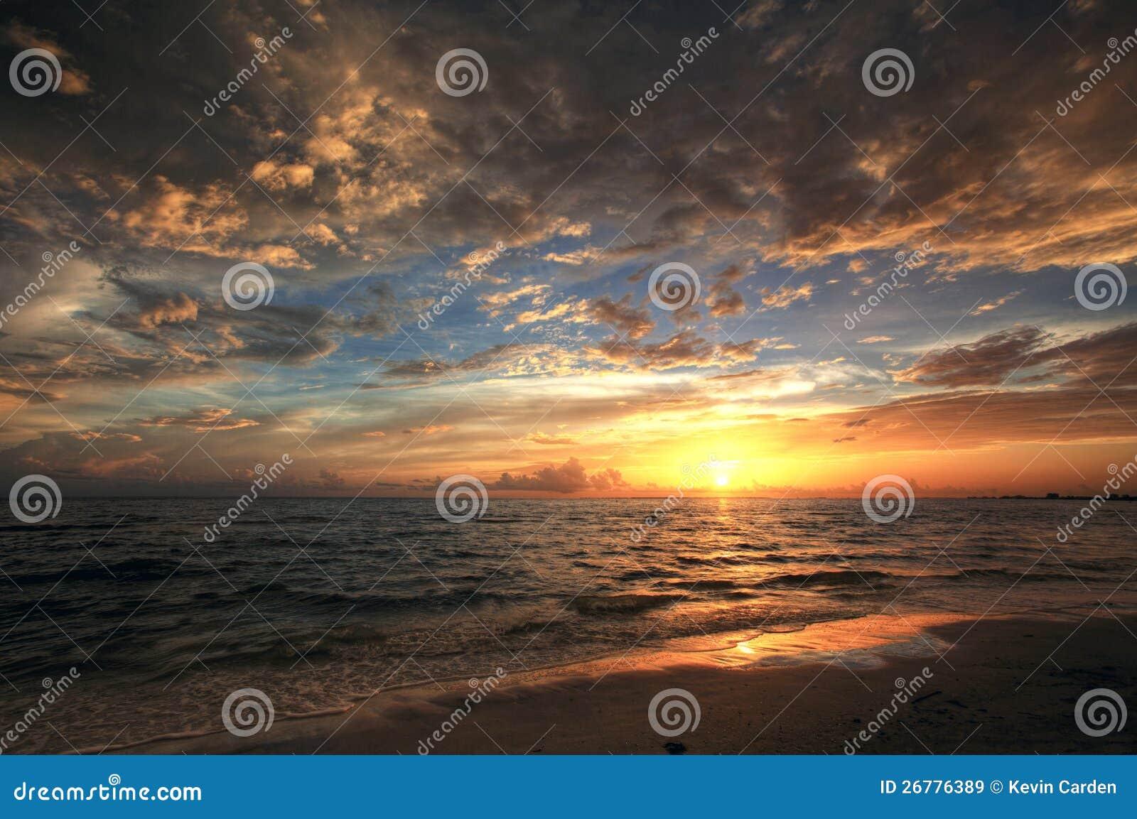 Färgrik solnedgång vid hav