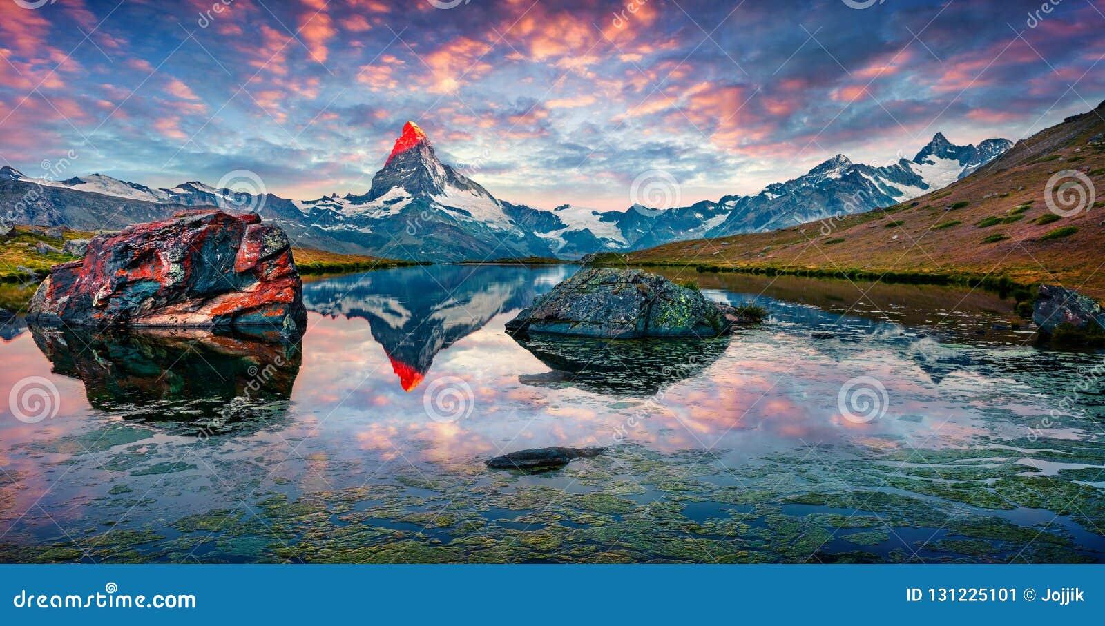 Färgrik sommarpanorama av Stellisee sjön
