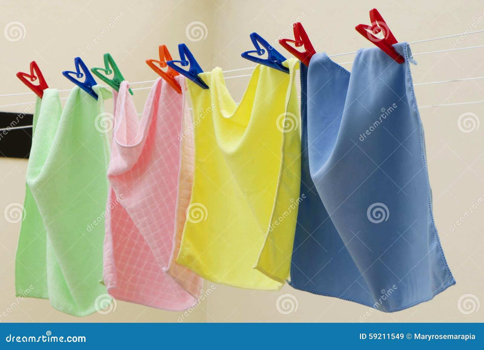 Färgrik torkduk som hänger för att torka