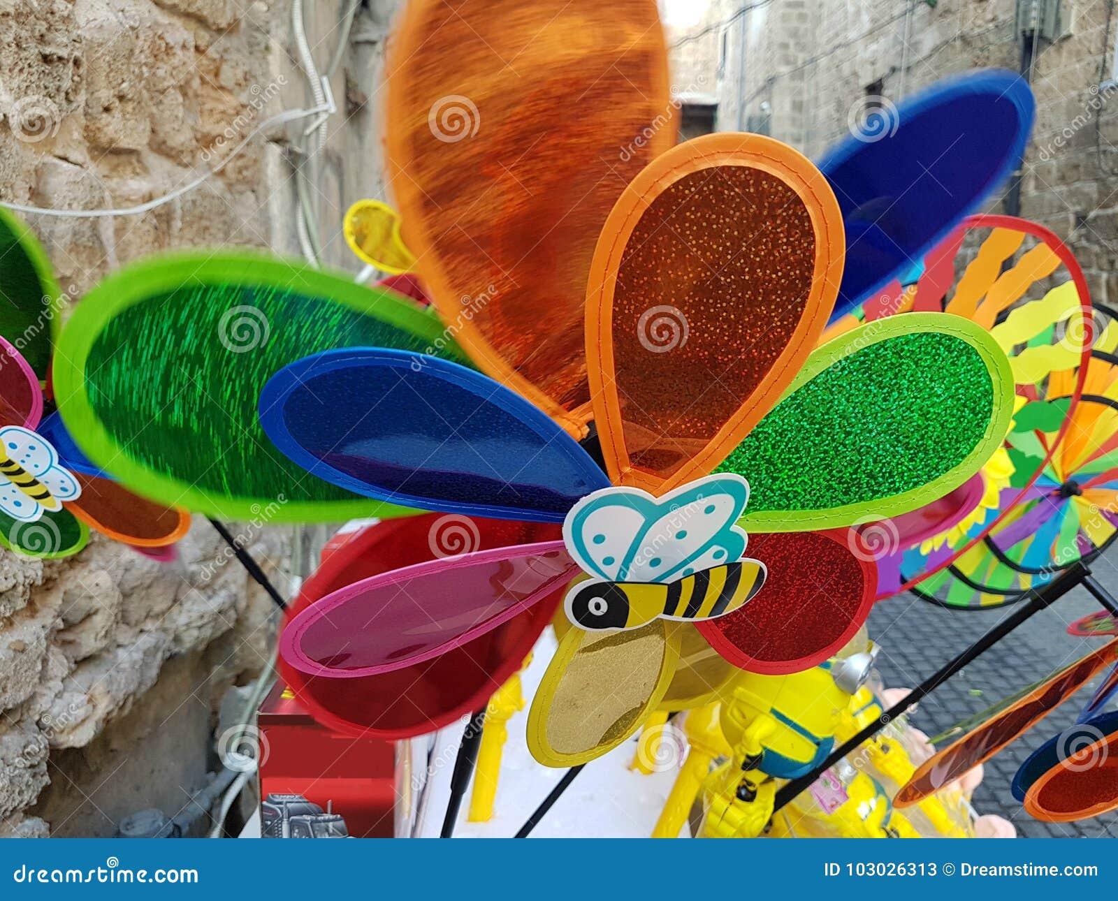 Färgrik vindflöjelstall i gatan