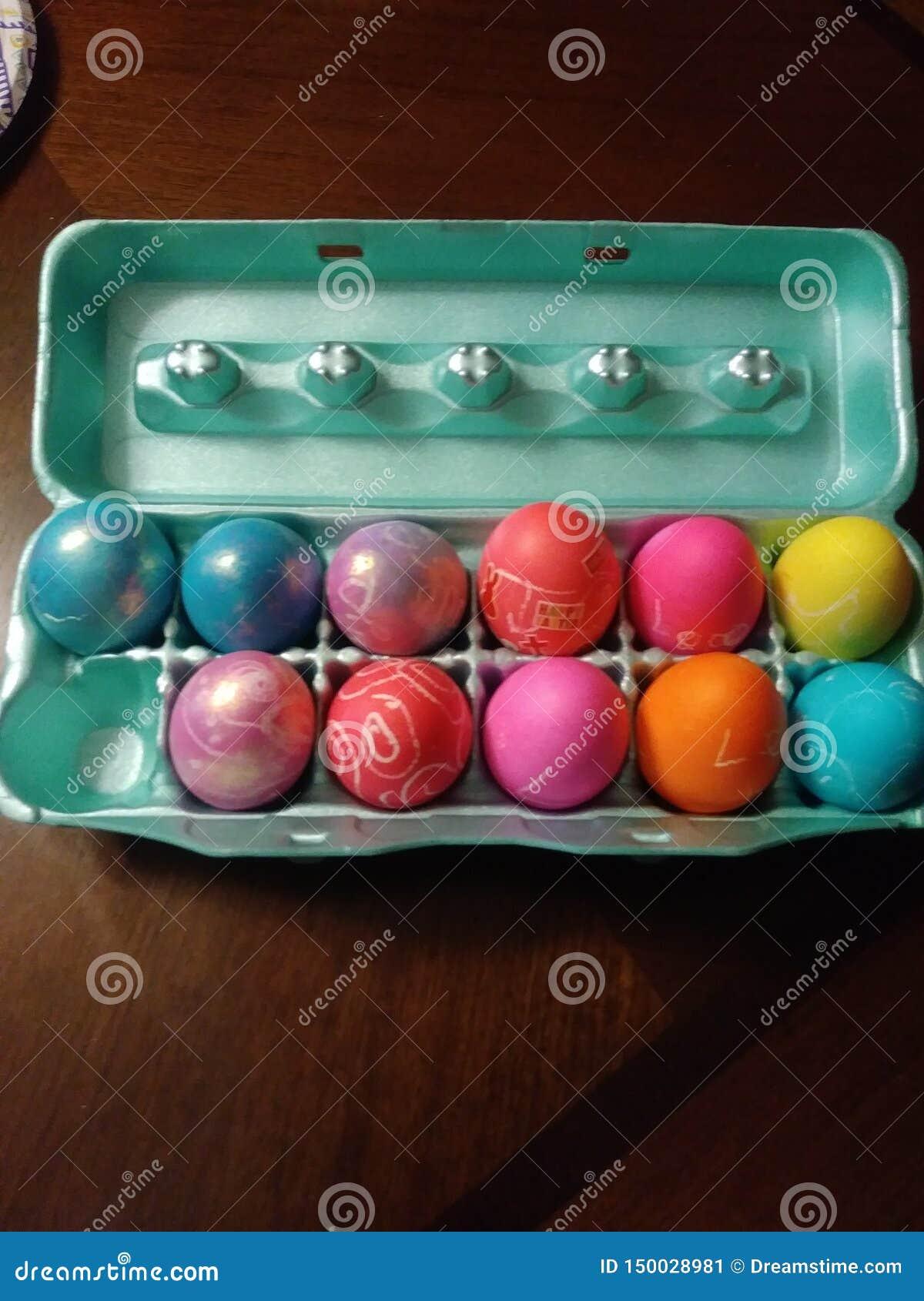 Färgrika ägg i en låda