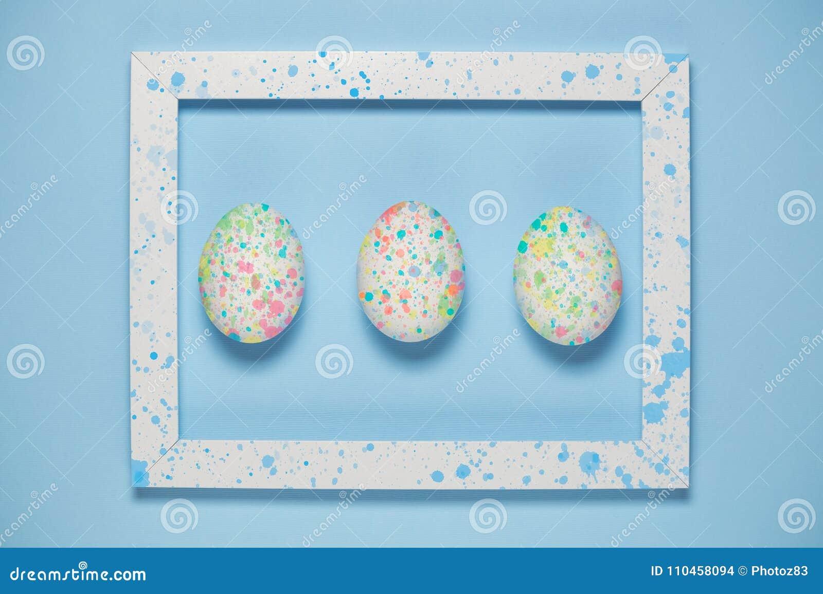 Färgrika ägg och den konstnärliga ramen på slätten slösar bakgrund