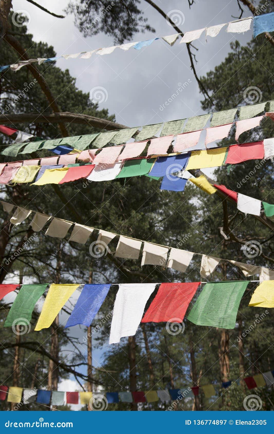 Färgrika bönflaggor, heliga traditionella flaggor av buddistisk filosofi