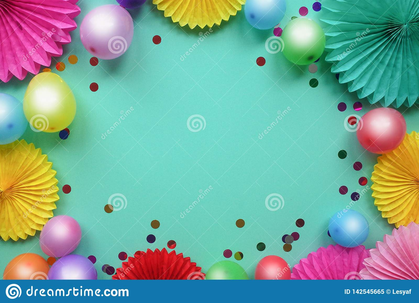 F?rgrika ballonger och pappers- blommor p? bl? b?sta sikt f?r tabell Festlig eller partibakgrund lekmanna- stil f?r l?genhet Kopi