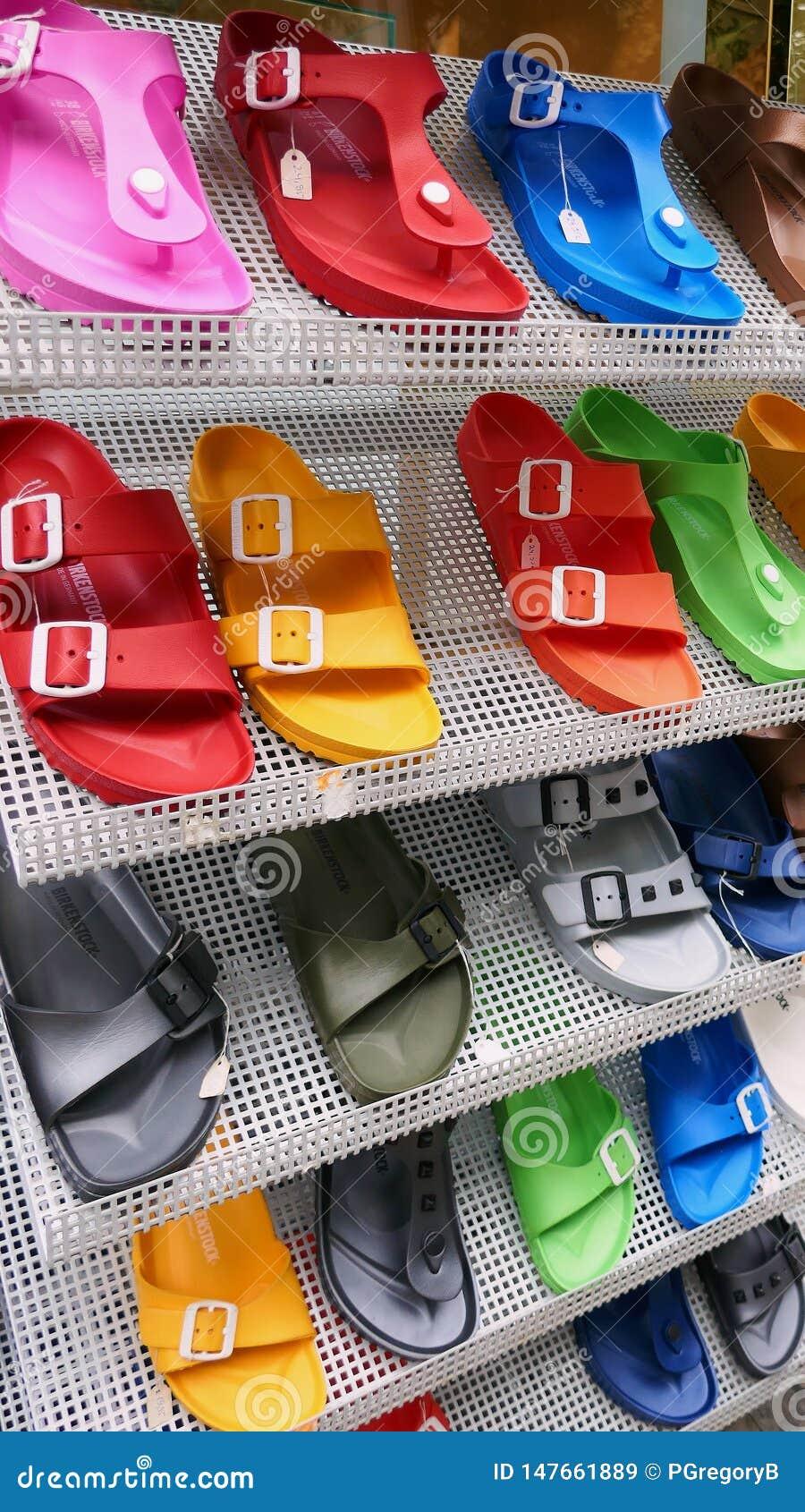 Färgrika Birkenstock sandaler som är till salu på lagerskokuggen