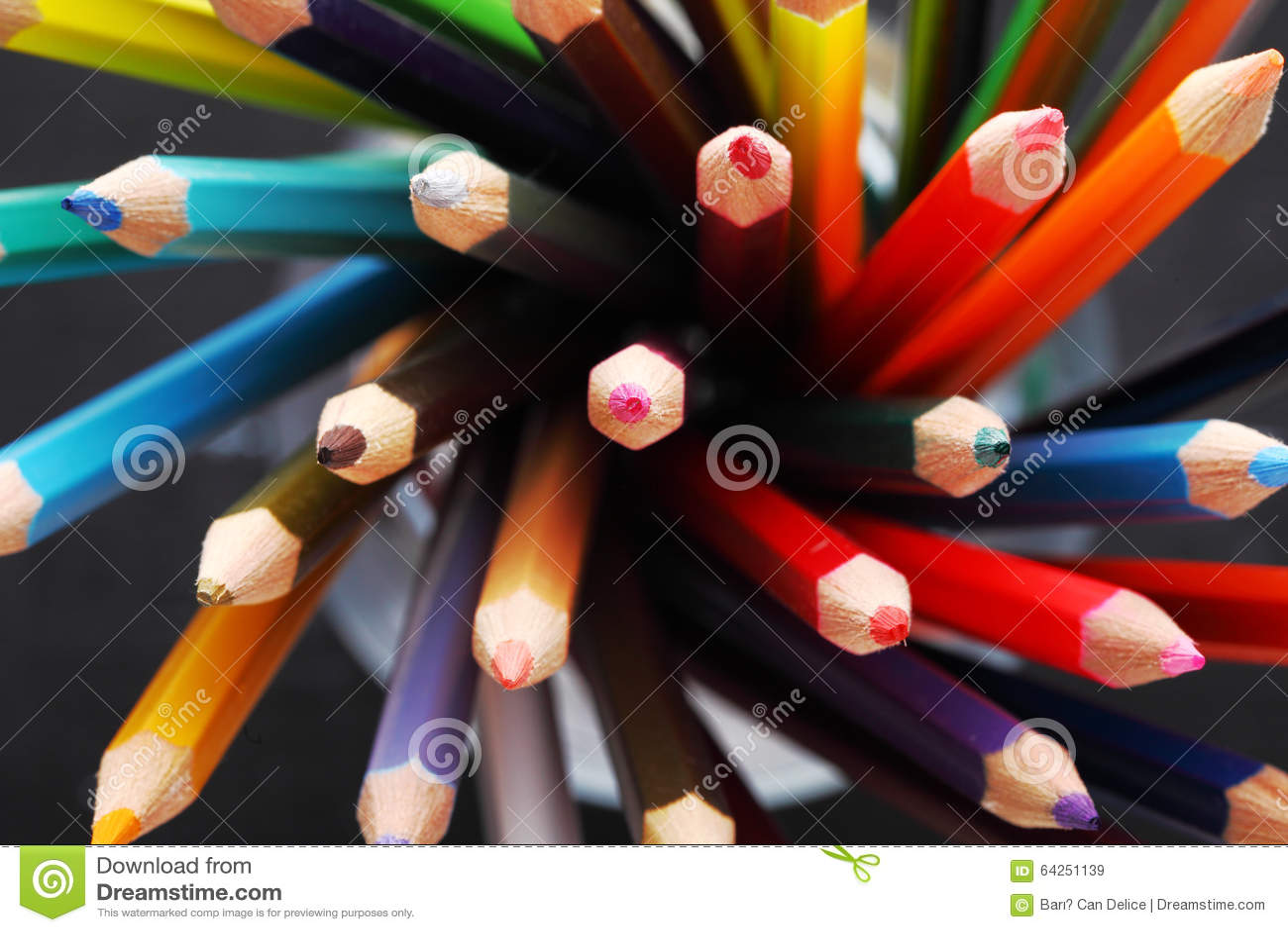 Färgrika blyertspennor i en blyertspennaask