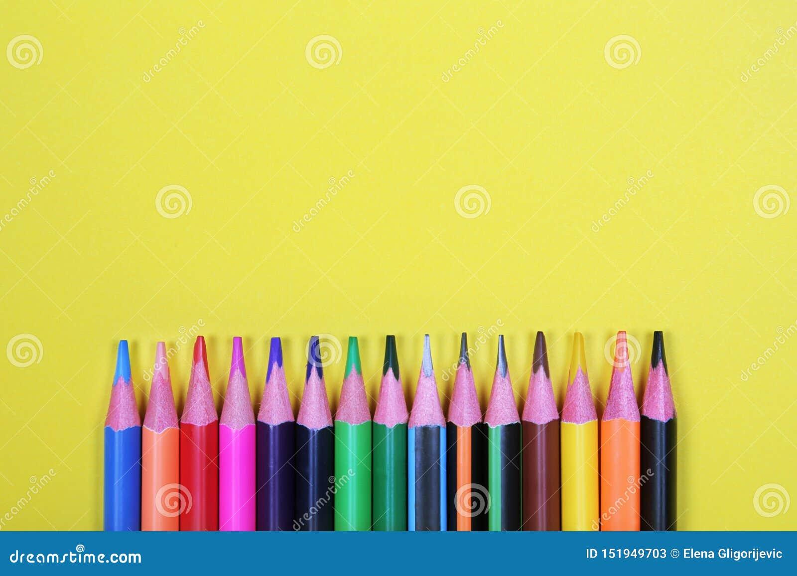 Färgrika blyertspennor med kopieringsutrymme på gul bakgrund, utbildning tillbaka till skola, försäljning som shoppar begrepp
