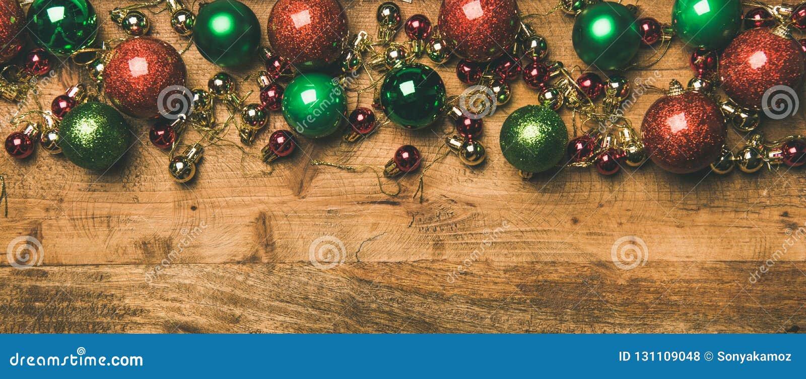 Färgrika bollar för garnering för julträd på träbakgrund, kopieringsutrymme
