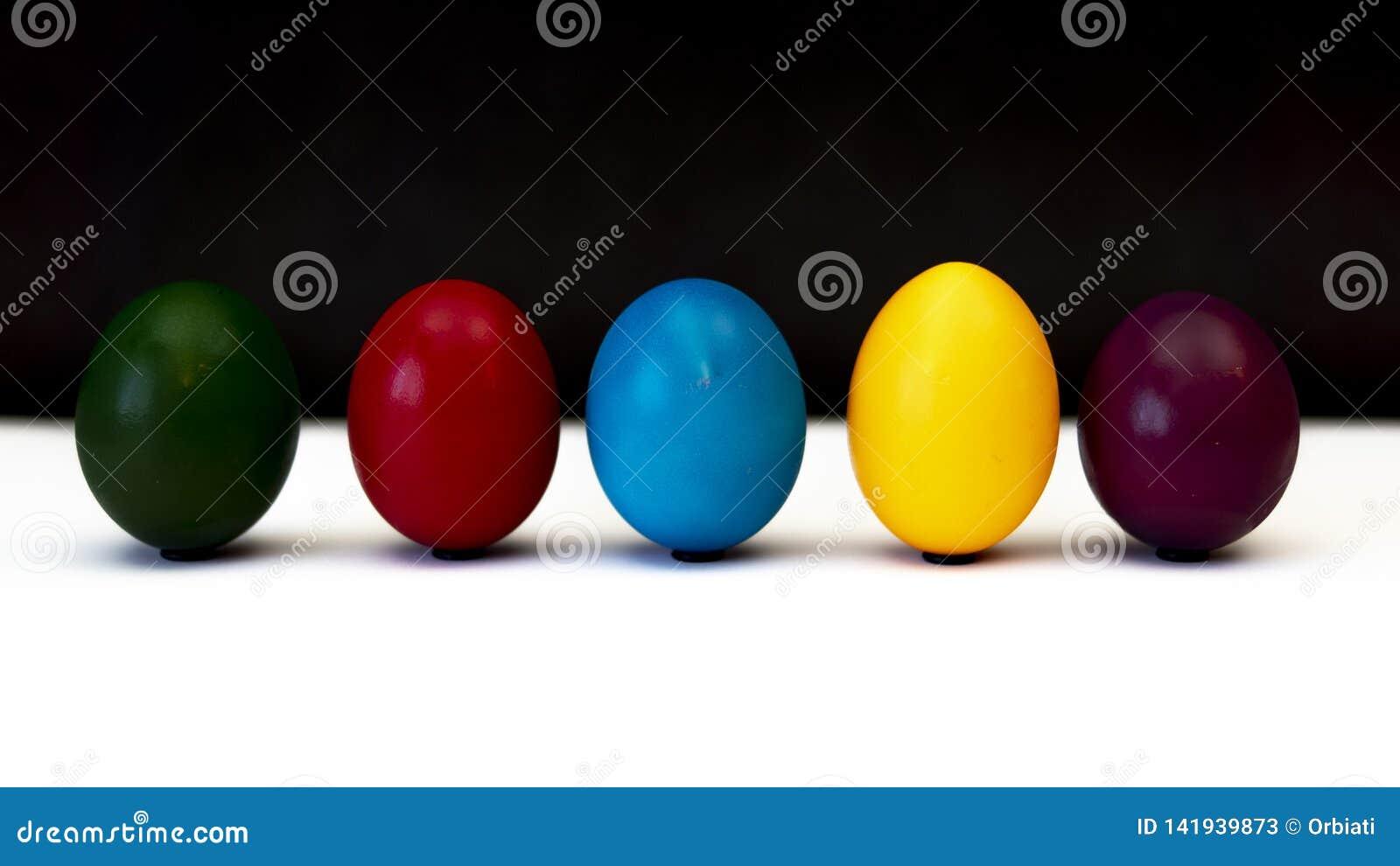Färgrika easter ägg bredvid de i rad