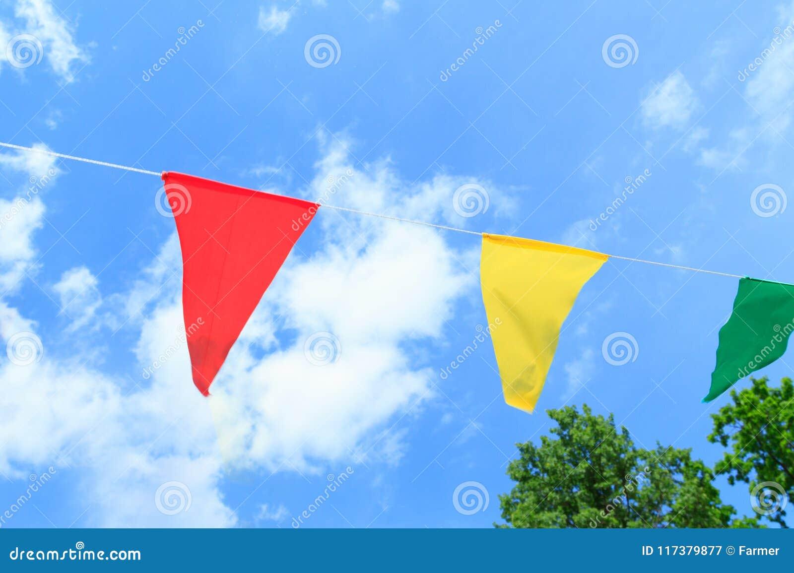 Färgrika festliga flaggor