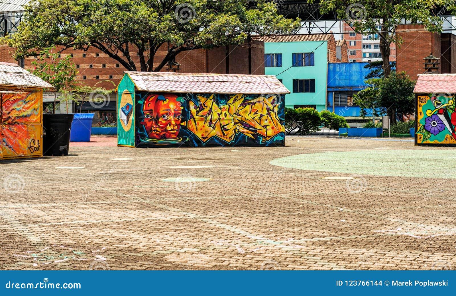 Färgrika graffities på merchants' stannar i San Antonio Park I