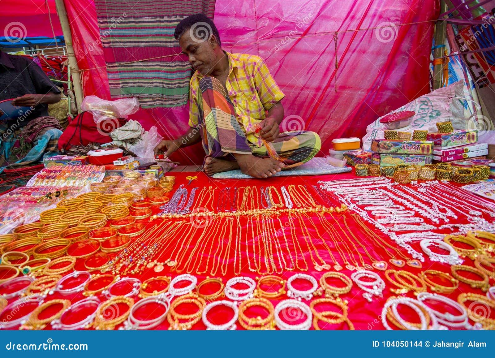 Färgrika handgjorda prydnader, i en Bangla Pohela Baishakh mässa