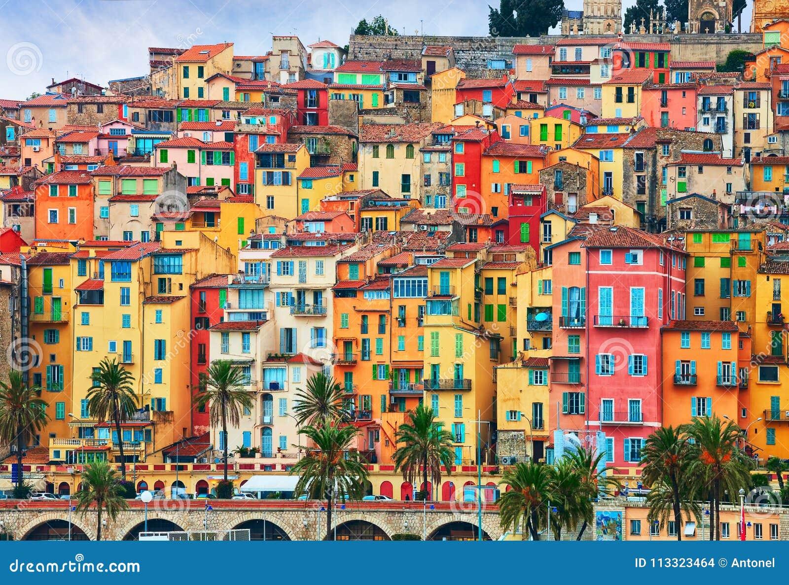 Färgrika hus i gammal del av Menton, franska Riviera, Frankrike