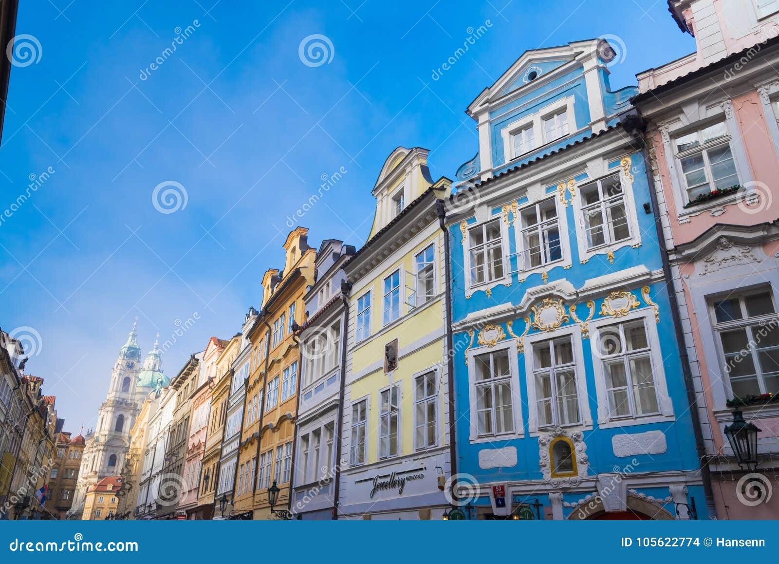 Färgrika hus i Prague