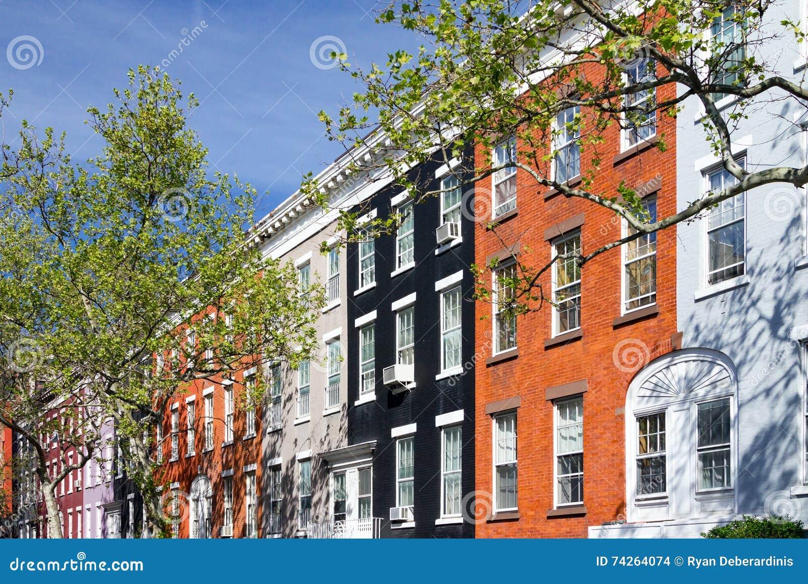 Färgrika hyreshusar i den Greenwich byn, New York City