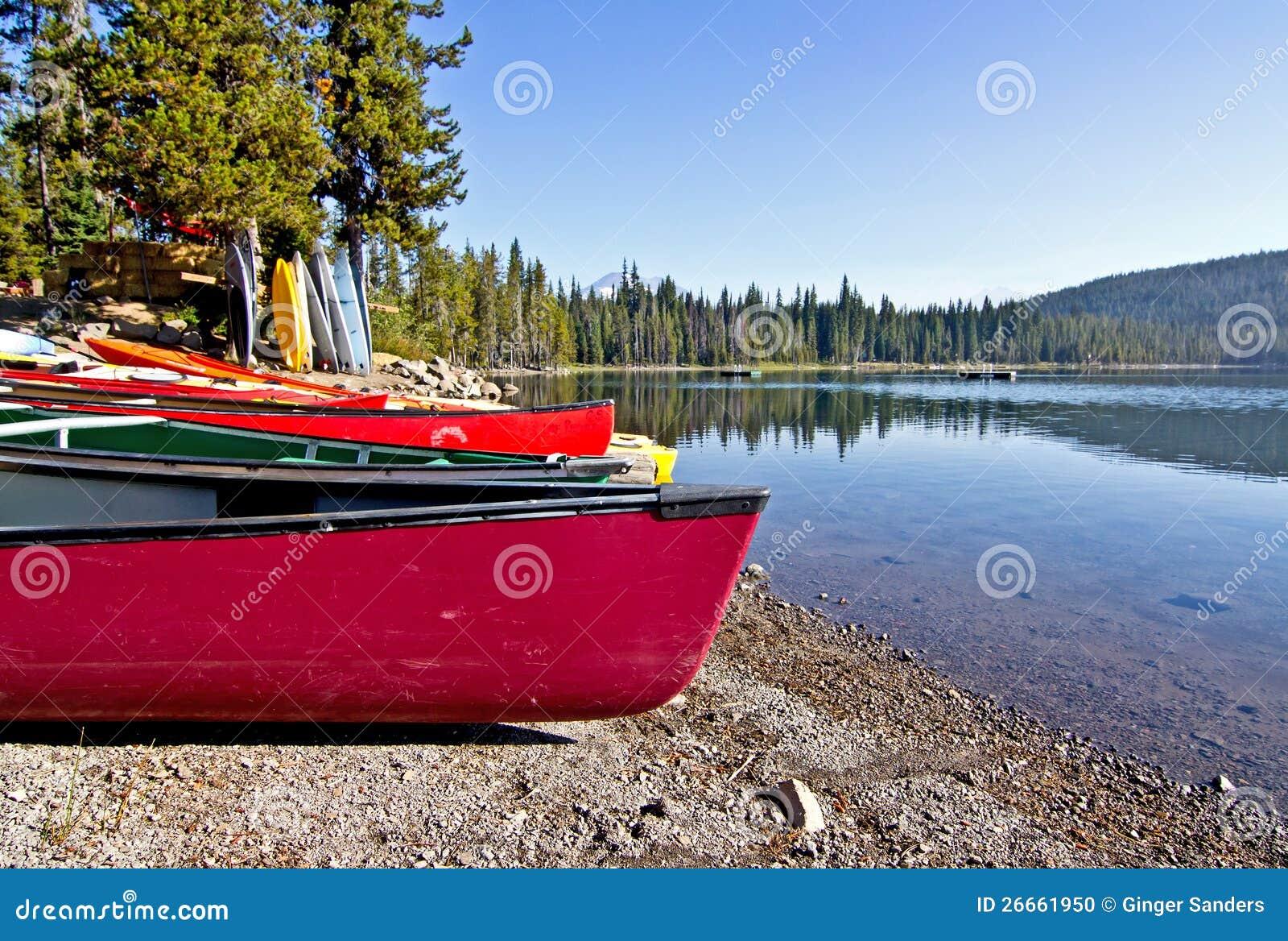 Färgrika kanoter på Lakekust