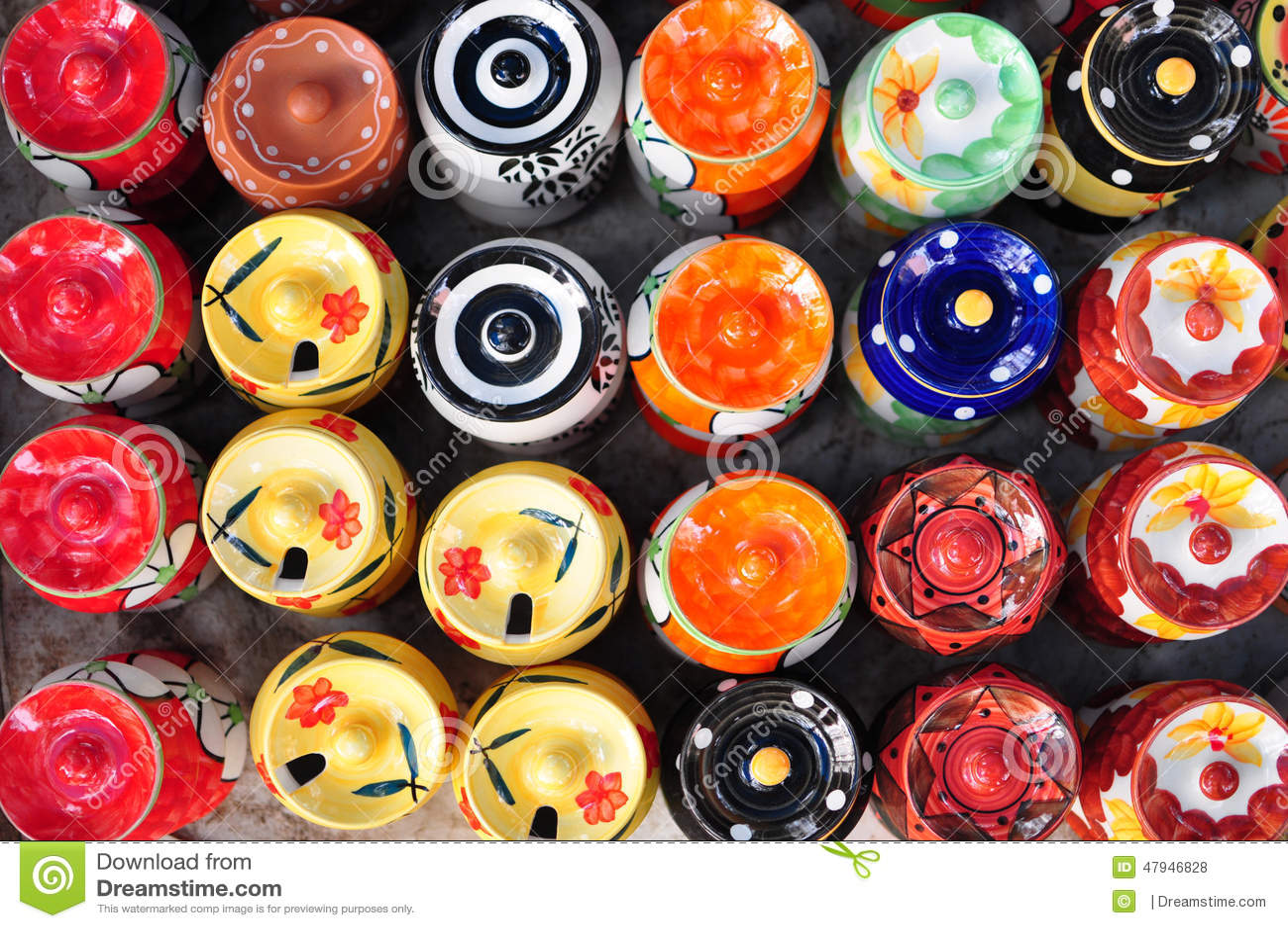 Färgrika keramiska krukor i loppmarknad