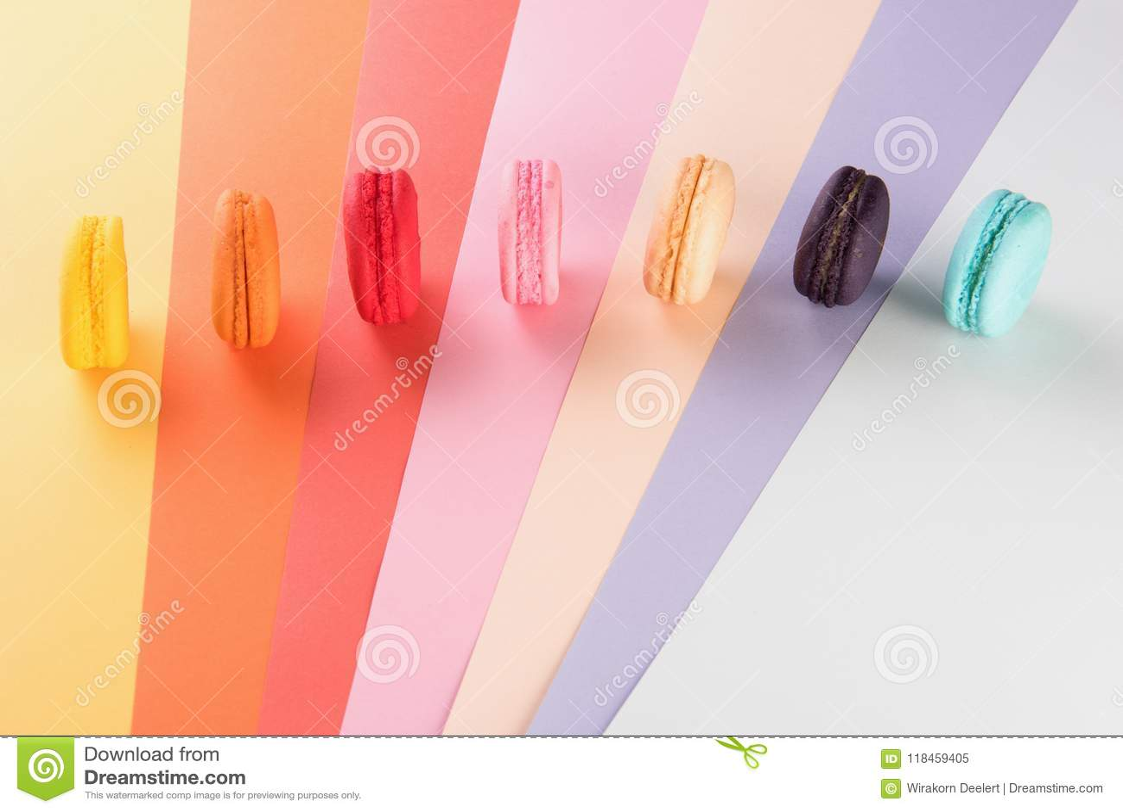 Färgrika macarons eller sött härlig makronefterrätt att äta