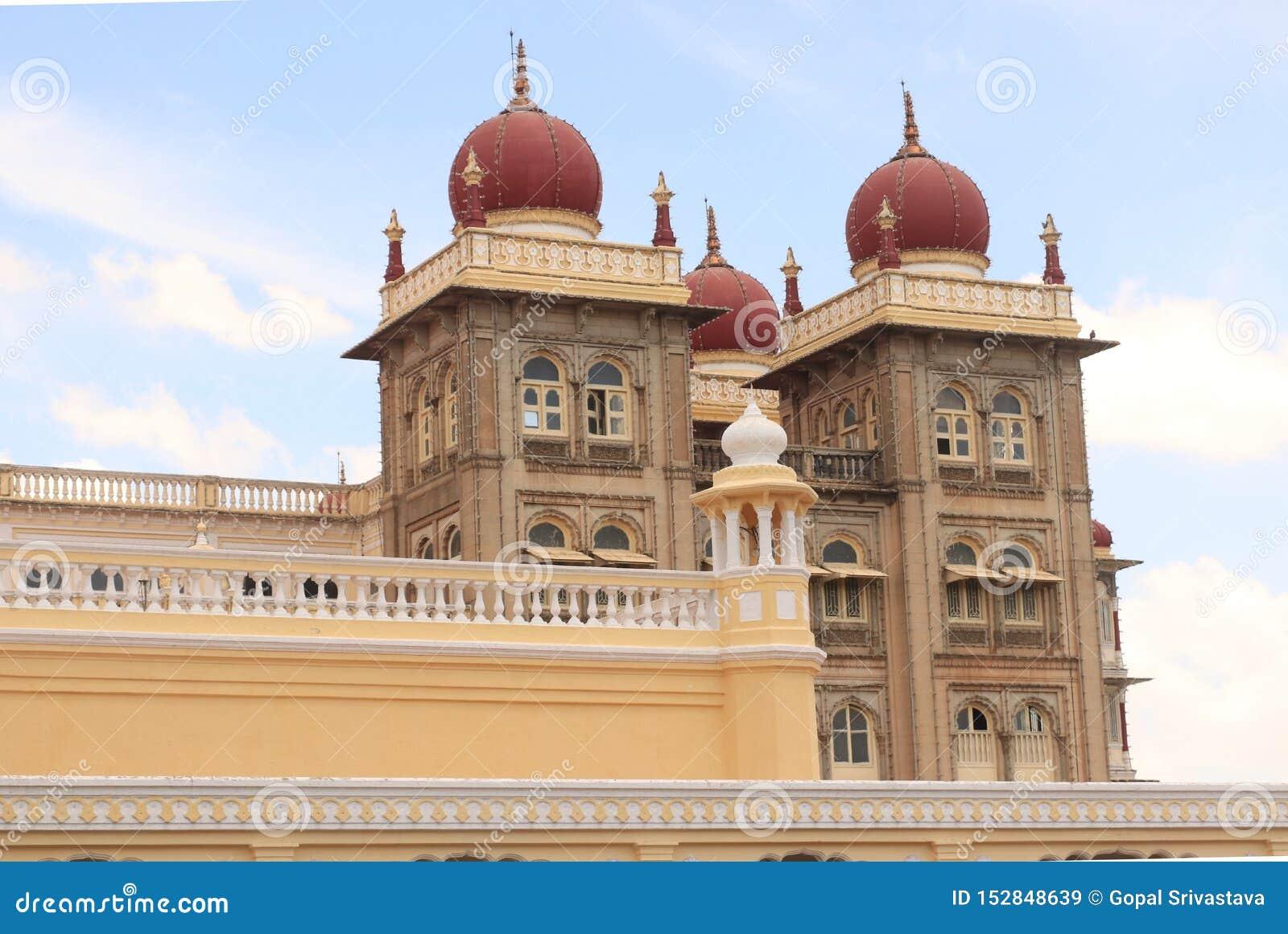 Färgrika och härliga kupoler av den mysore slotten