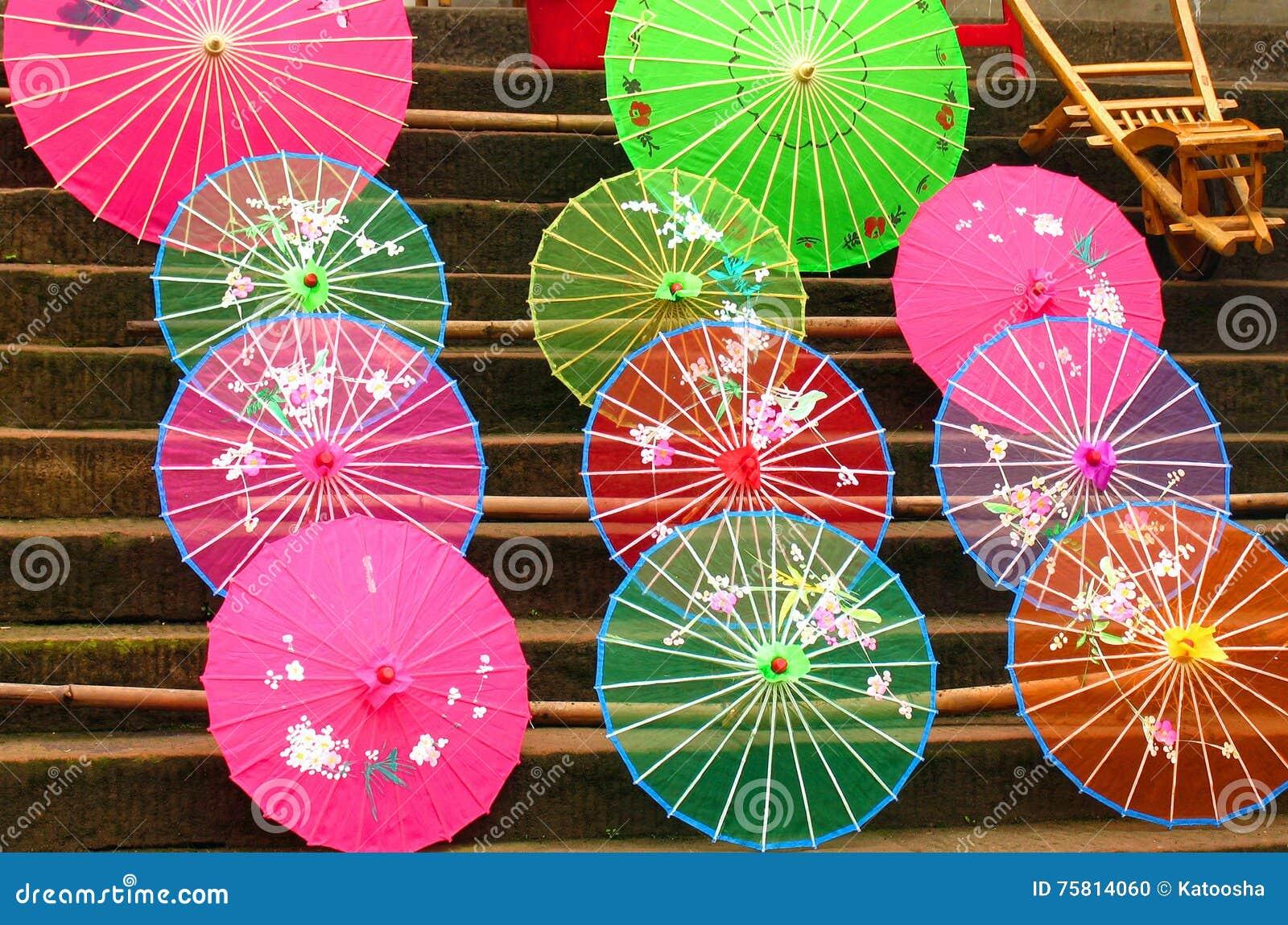 Färgrika paraplyer för traditionell kines