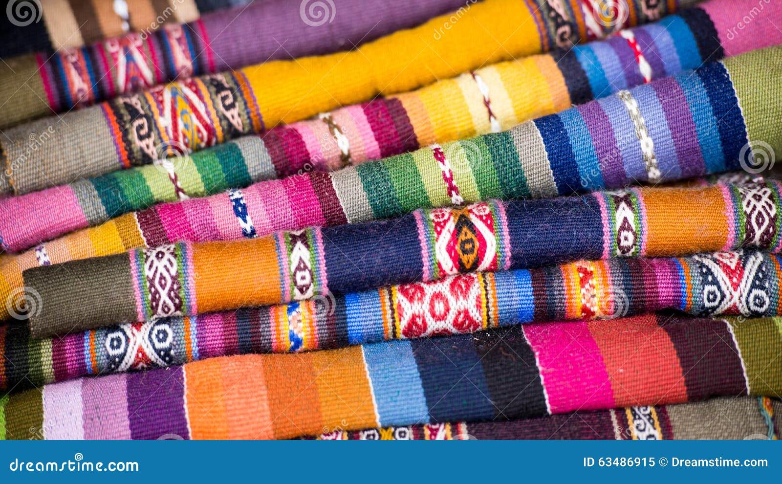Färgrika peruanska Alpacaulltextiler