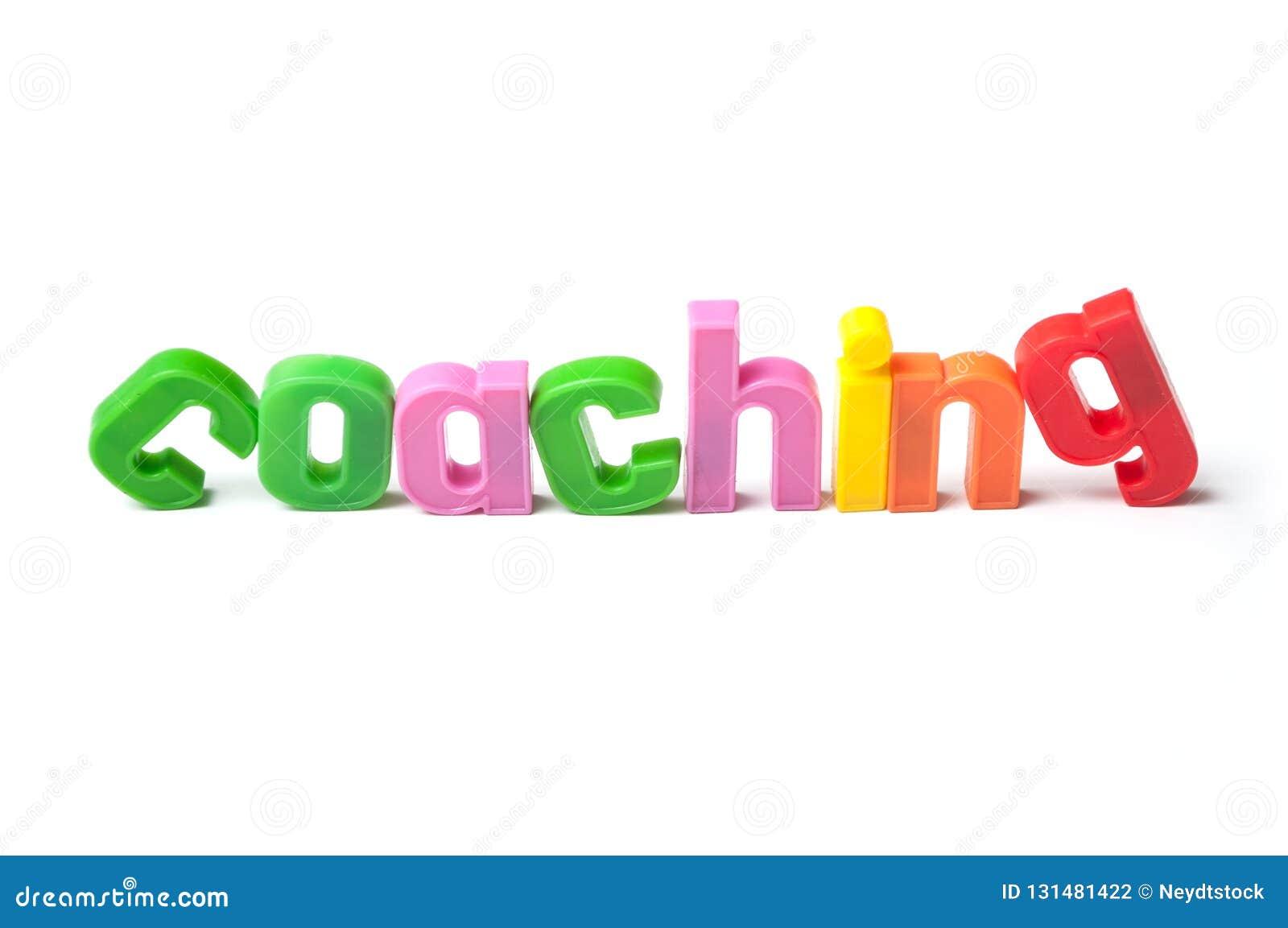 Färgrika plast- bokstäver på vit bakgrund - coachning