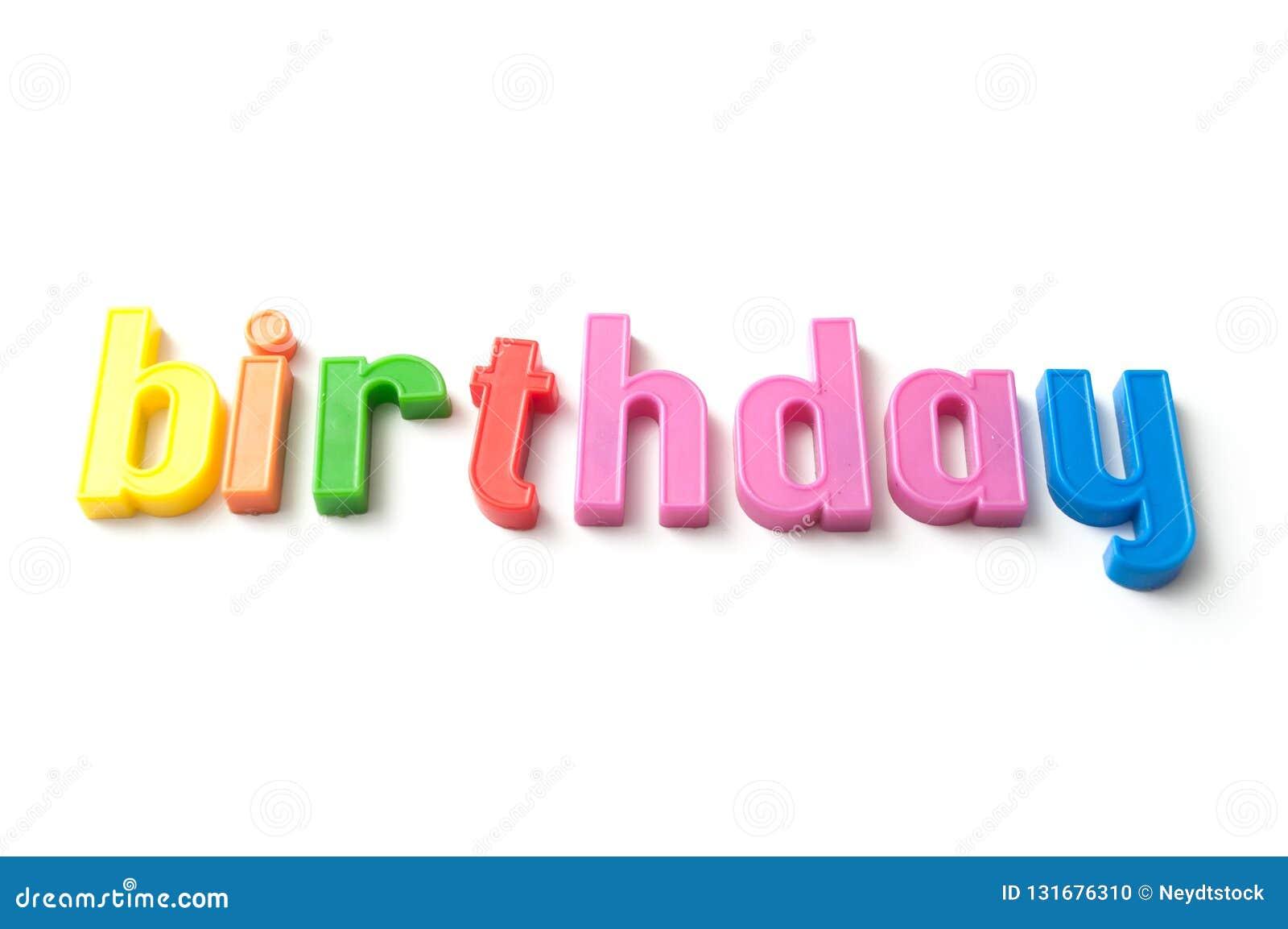 Färgrika plast- bokstäver på vit bakgrund - födelsedag