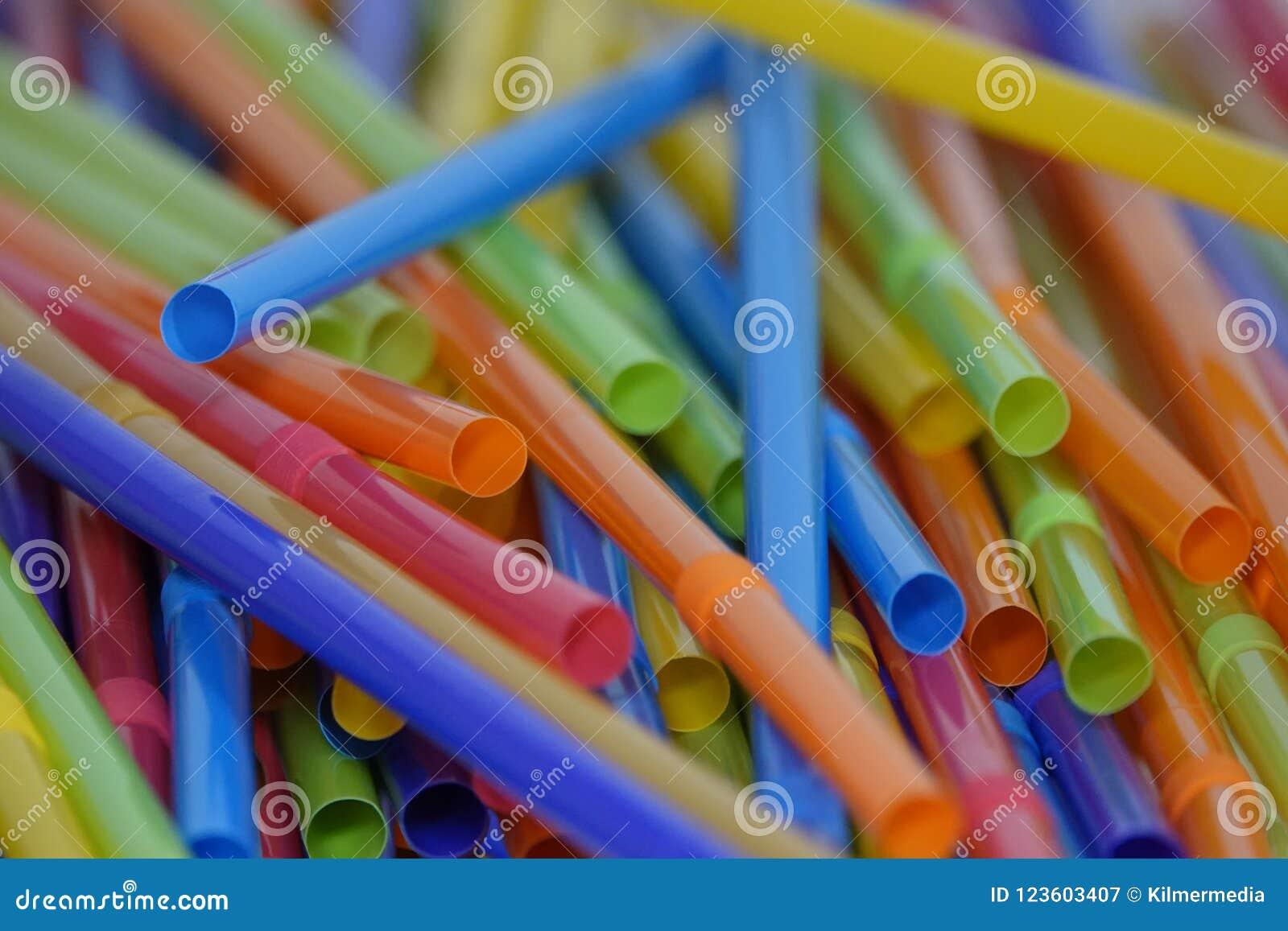 Färgrika plast- dricka sugrör löst spridda