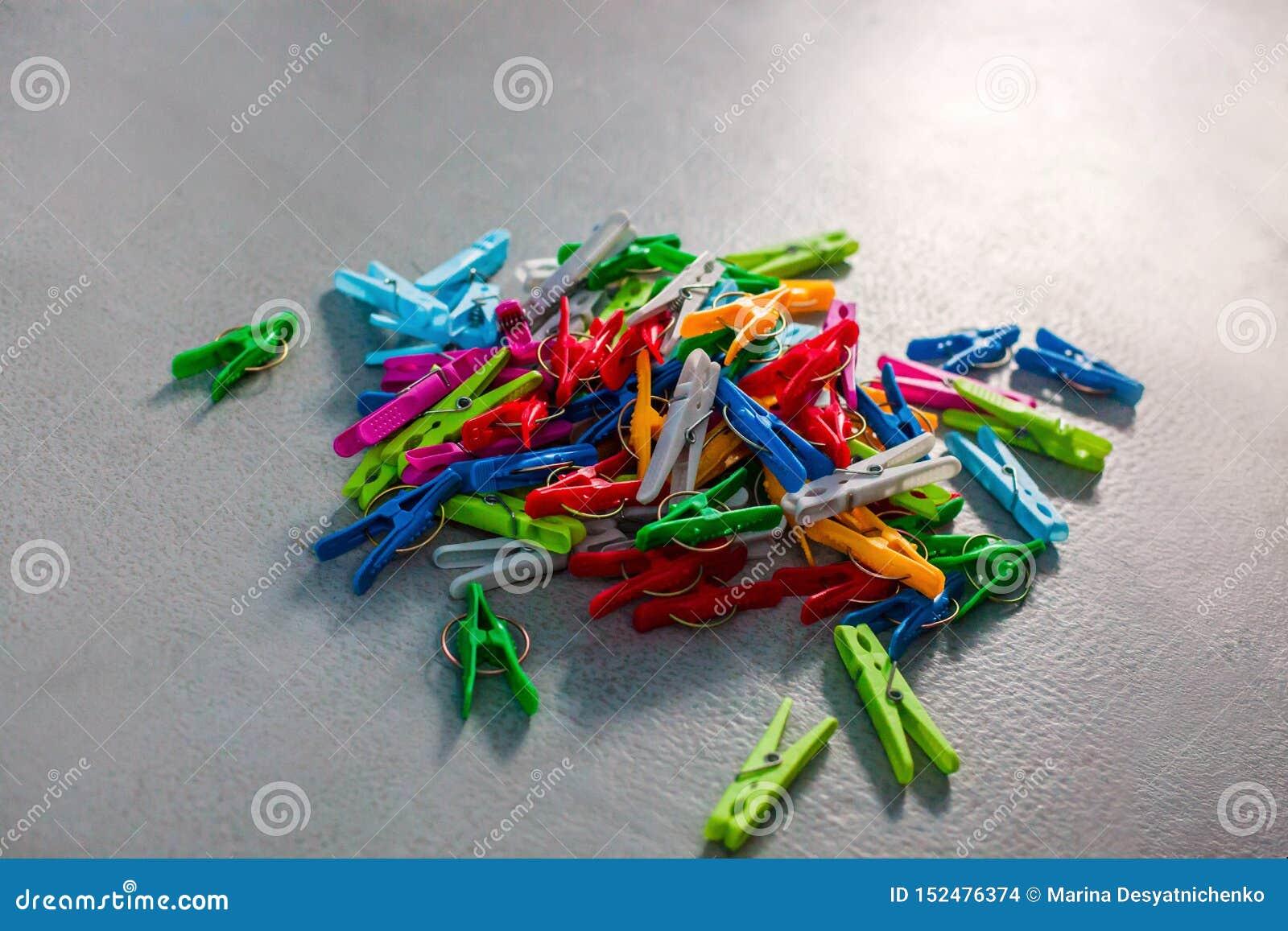 Färgrika plast- klädnypor, klädnypor, klädnypor samling, bakgrund och textur av spridda klädnypor