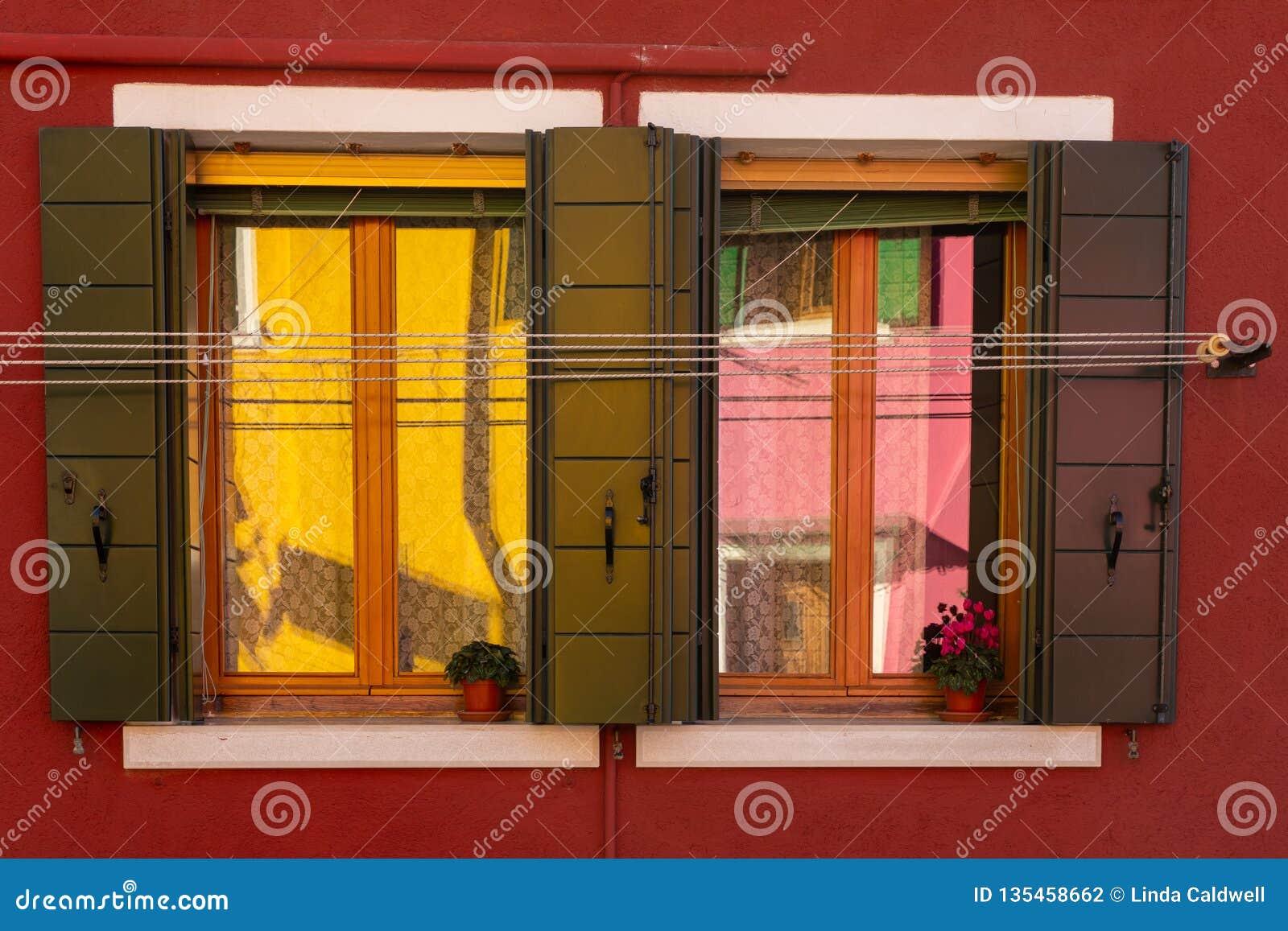 Färgrika reflexioner i ett fönster på Burano