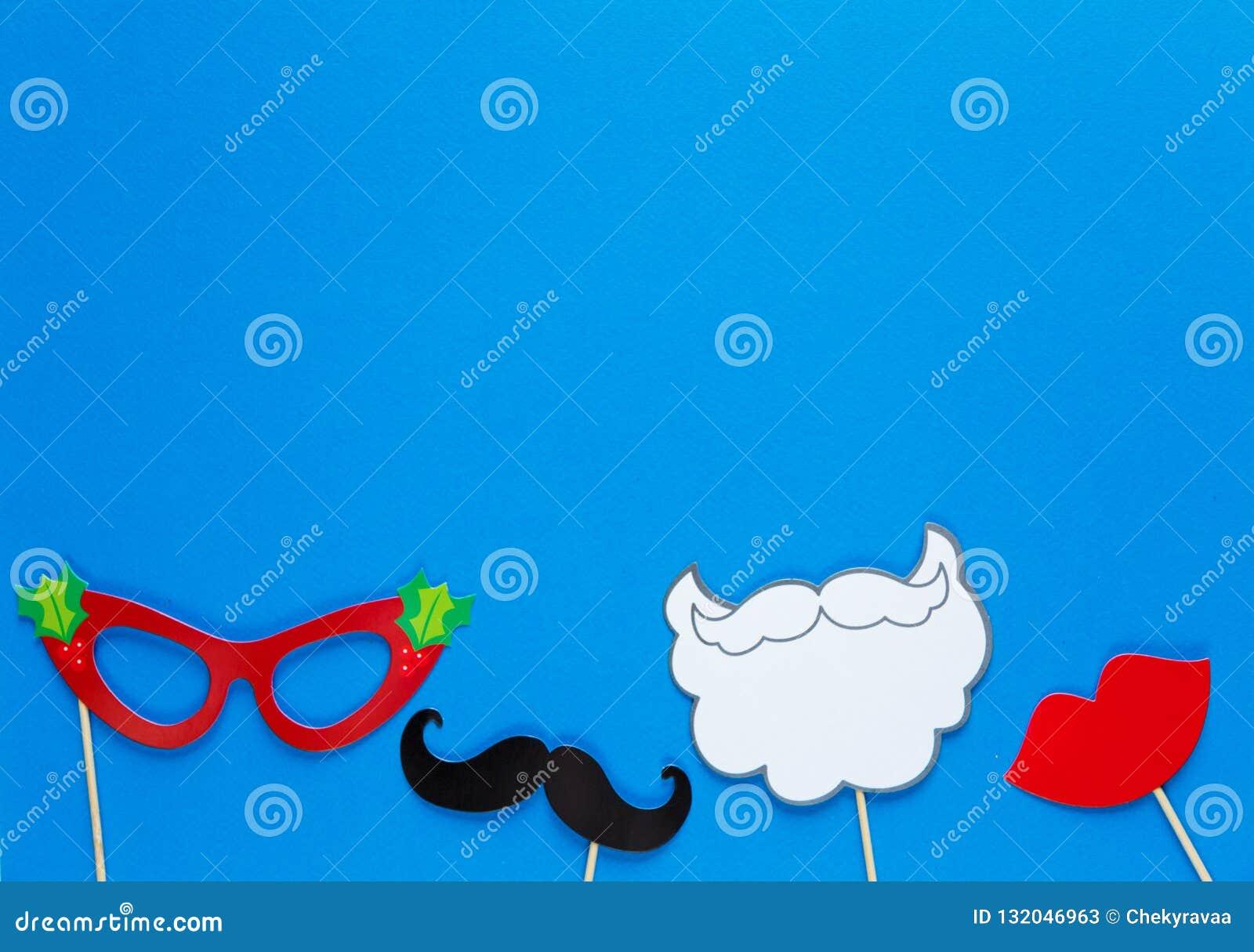 Färgrika stöttor för fotobås för julparti på blå bakgrund julen stänger nytt övre år för garneringar