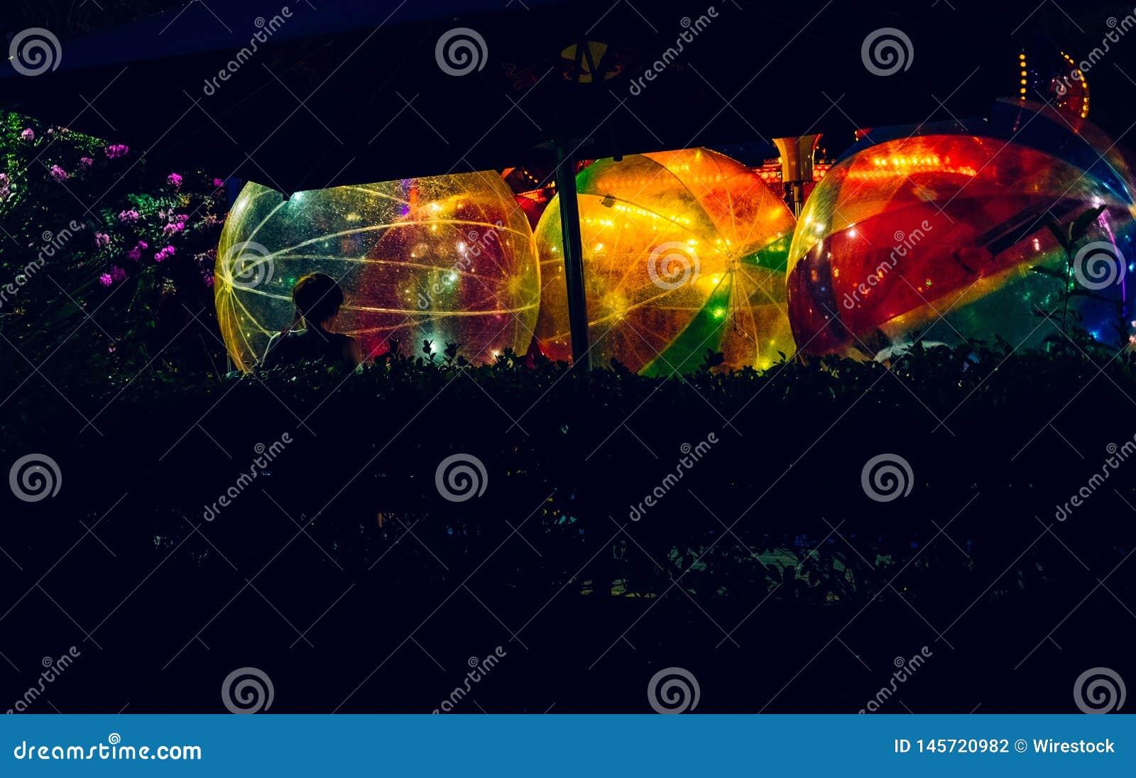 Färgrika stora bollar som fylls med ljus