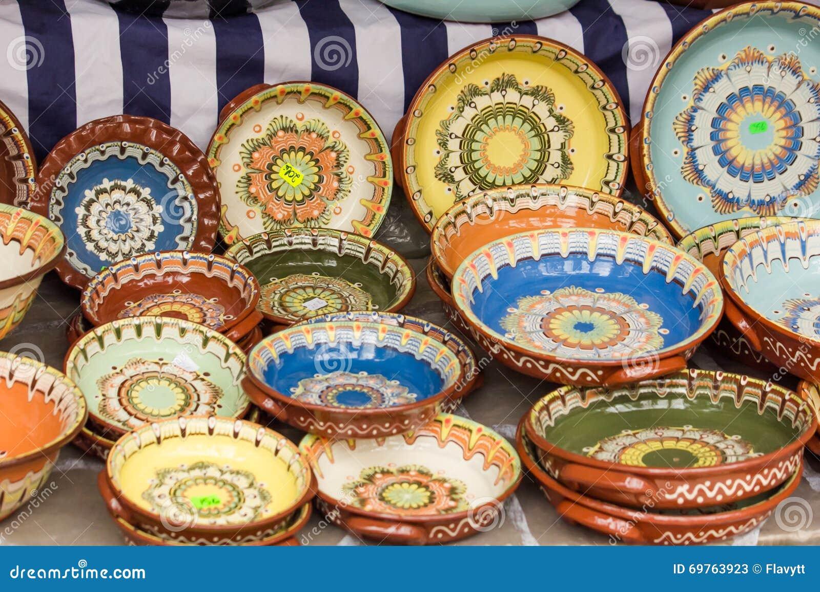 Färgrika traditionella rumänska krukmakeriplattor