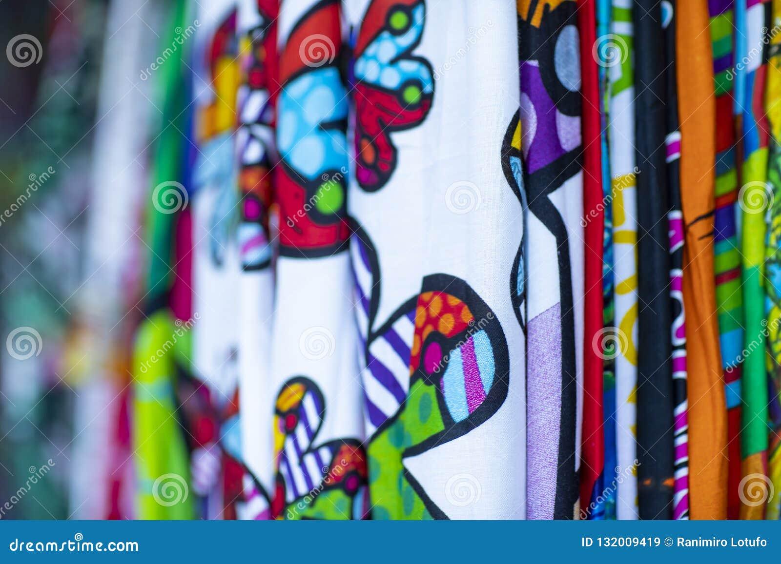 Färgrika tyger som hänger och fodras Tyger med olika modeller och kulöra rader