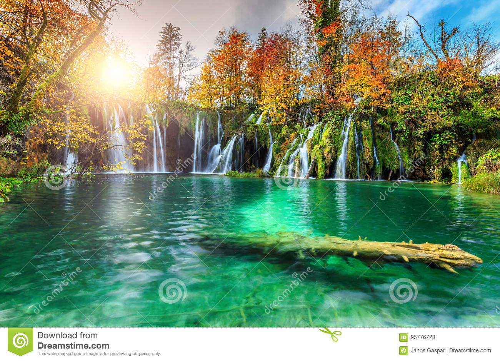 Färgrikt aututmnlandskap med vattenfall i den Plitvice nationalparken, Kroatien