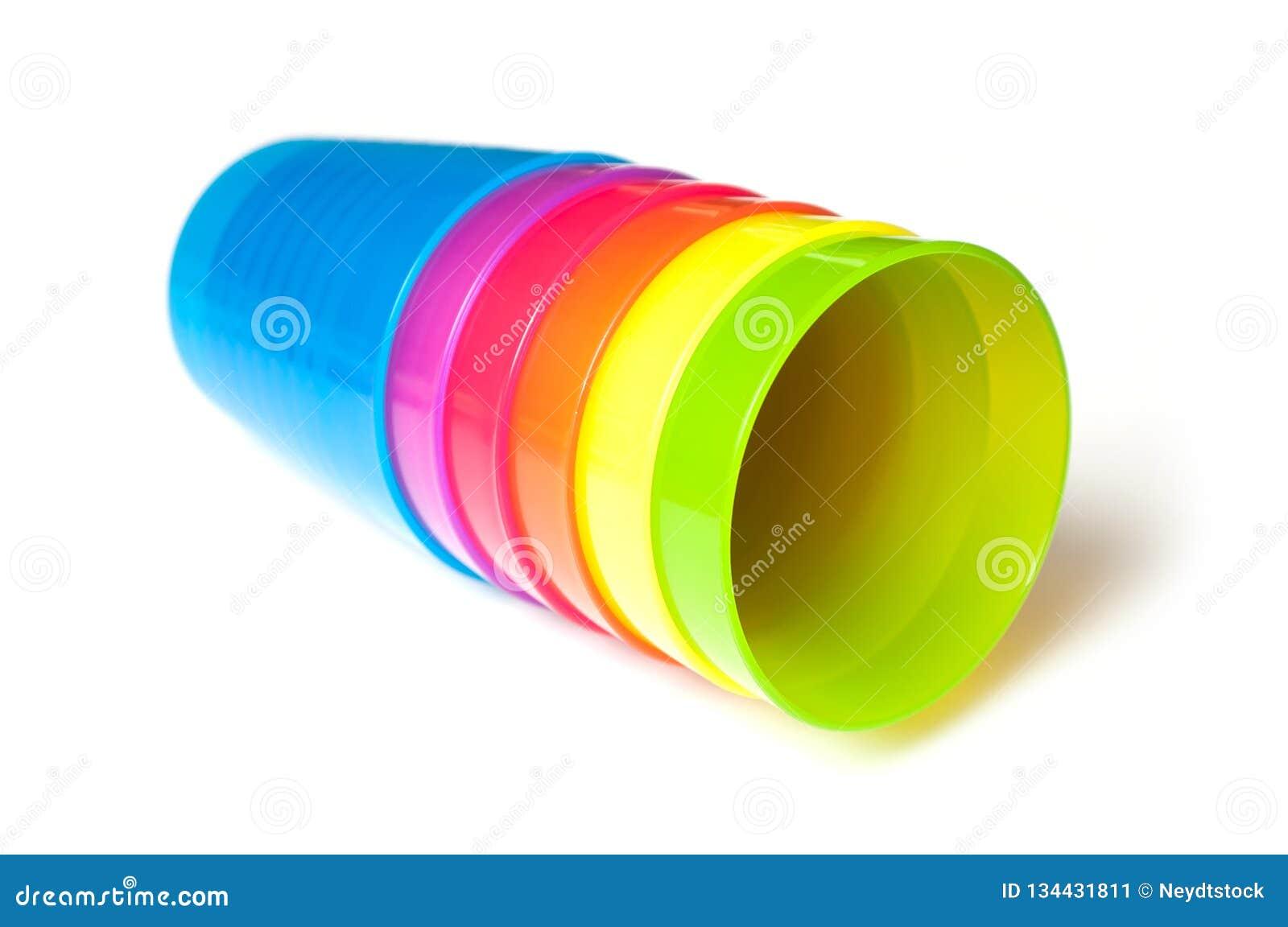 Färgrikt behandla som ett barn plast- koppar på vit bakgrund