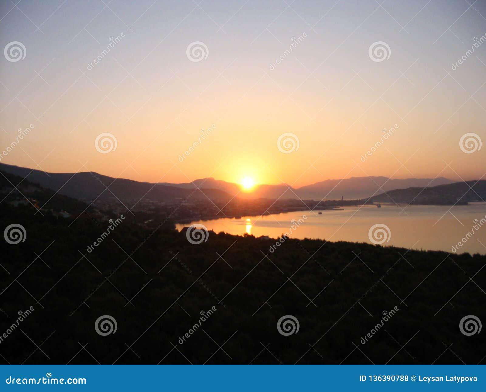 Färgrikt gry på den Adriatiska havet kusten