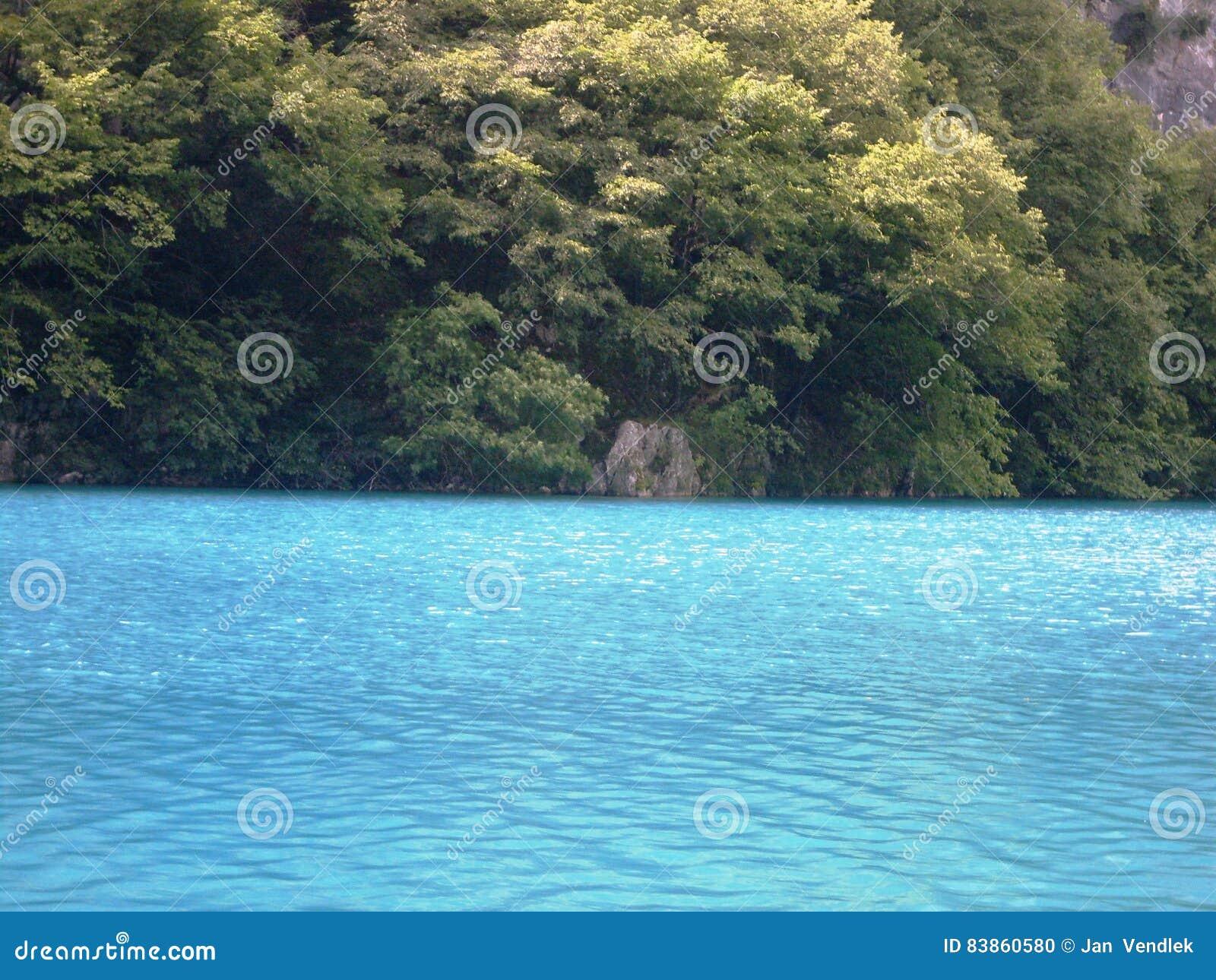 Färgrikt och vibrerande landskap av sjökusten Stillsamt landskap som är användbart som bakgrund Fäll ned sjökanjonen Nationella P