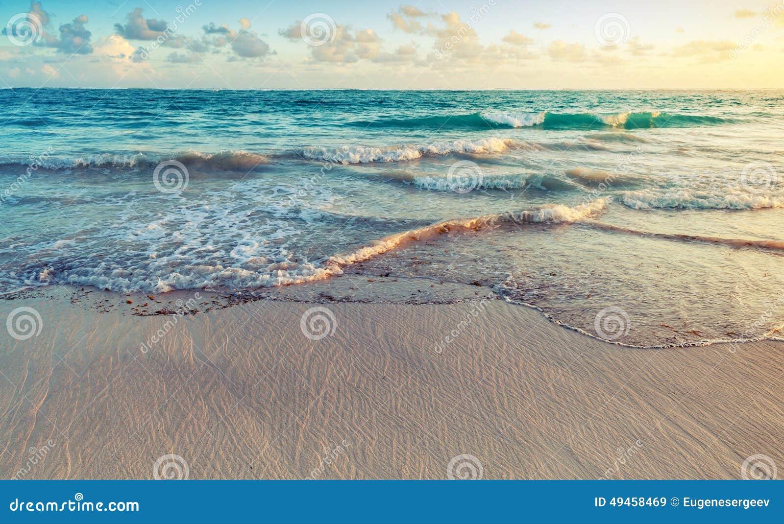 Färgrikt soluppgånglandskap på den Atlantic Ocean kusten