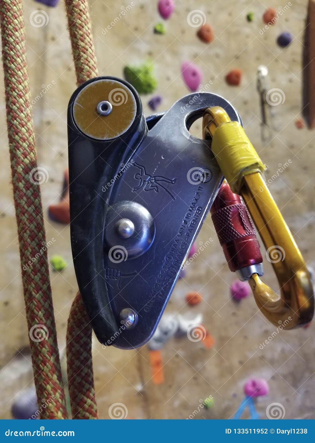 Färgrikt vagga klättra utrustning som hänger vid repet
