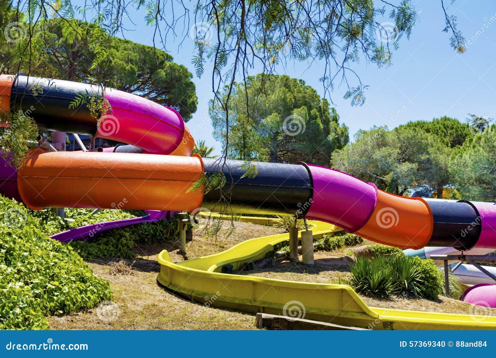 Färgrikt vatten parkerar glidbanor