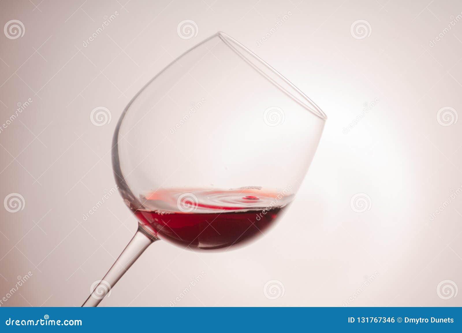 Färgstänk av rött och vitt vin
